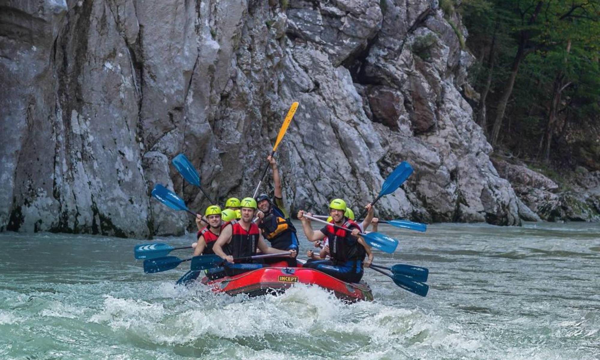 Eine große Gruppe bei einer Rafting Tour in Bayern.