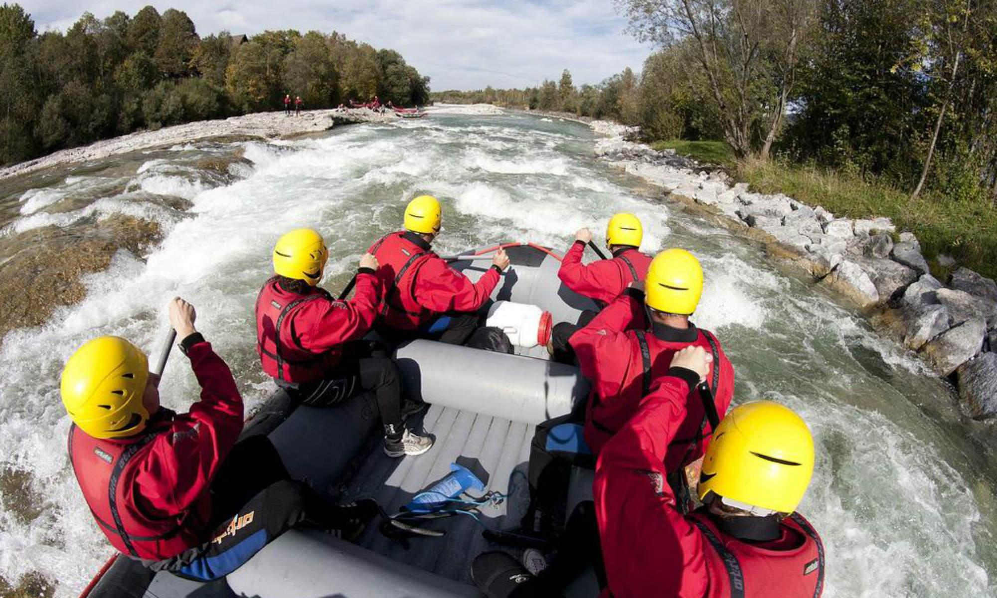 Eine rasante Fahrt auf dem Schlauchboot beim Rafting in Bayern.