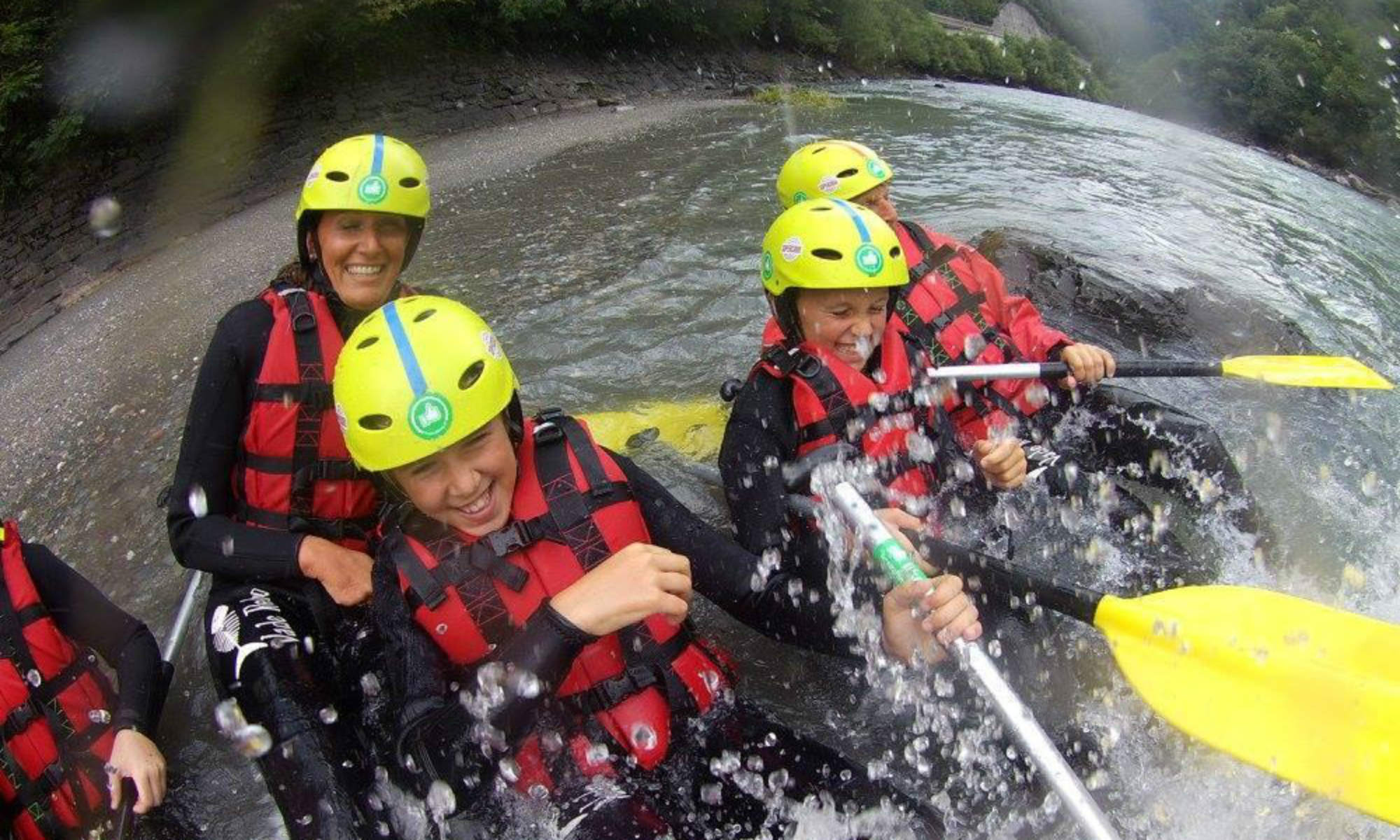 Eine Familie beim Rafting in Salzburg nahe Taxenbach.