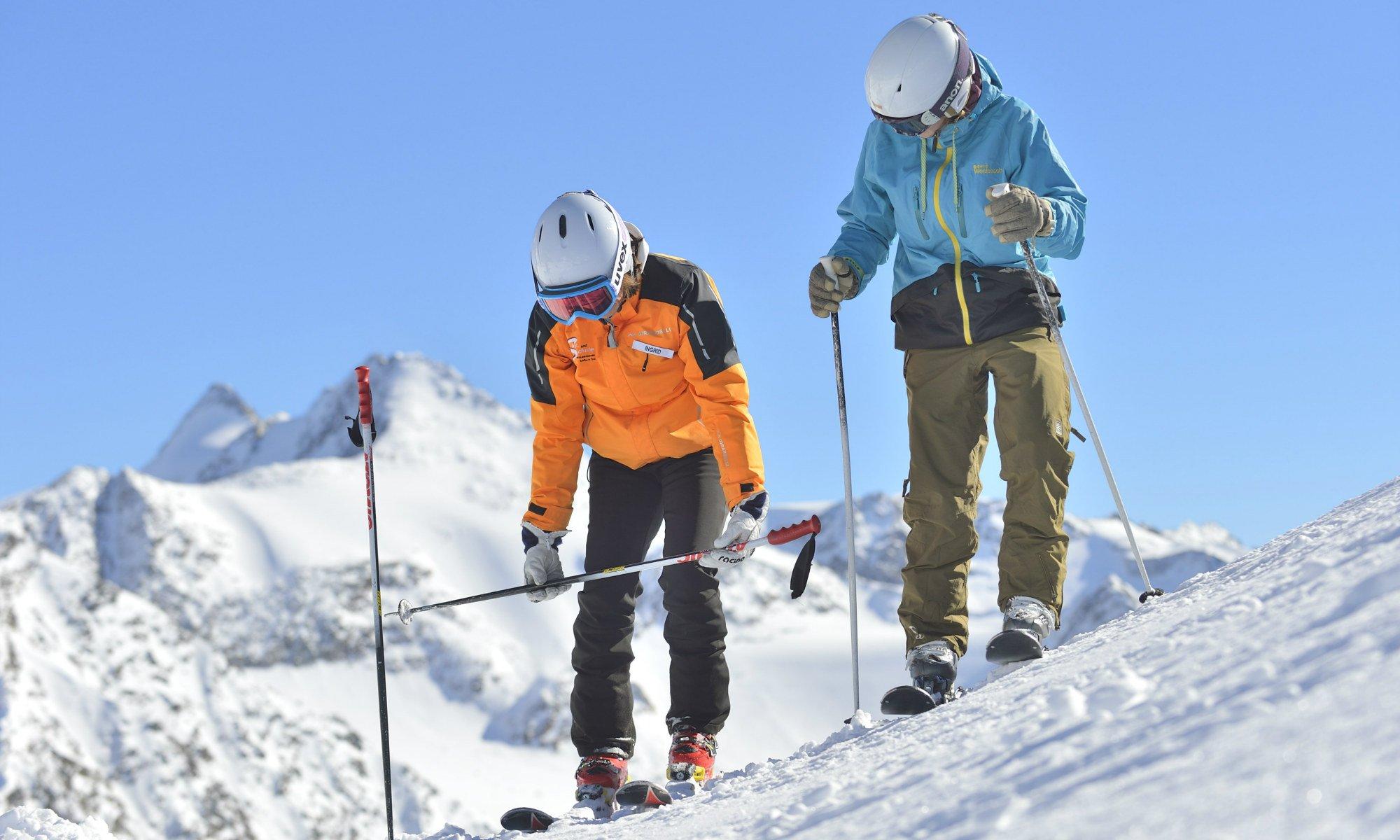 Een volwassen skiër neemt deel aan een beginnersles.