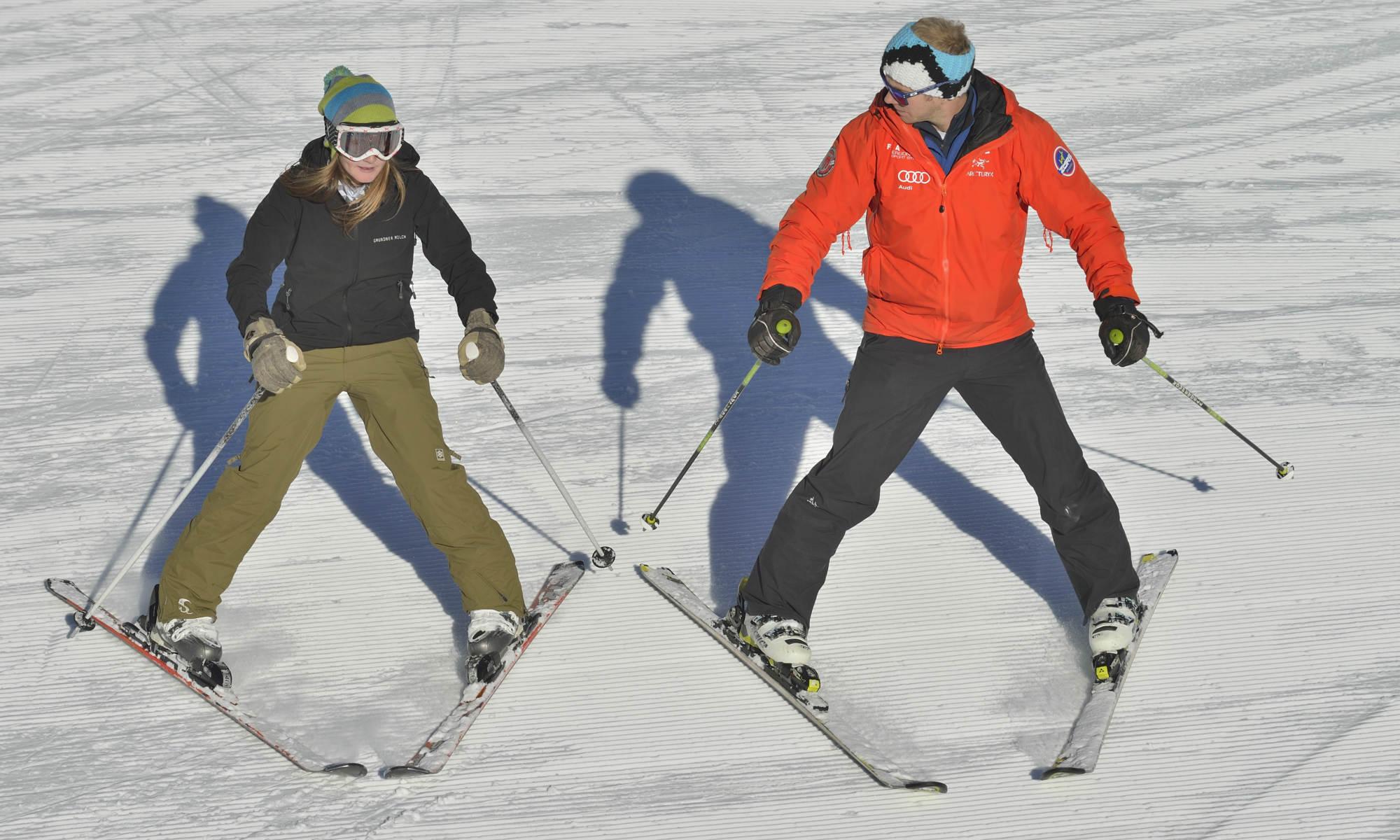Een volwassen skiër is bezig aan een beginnersles.
