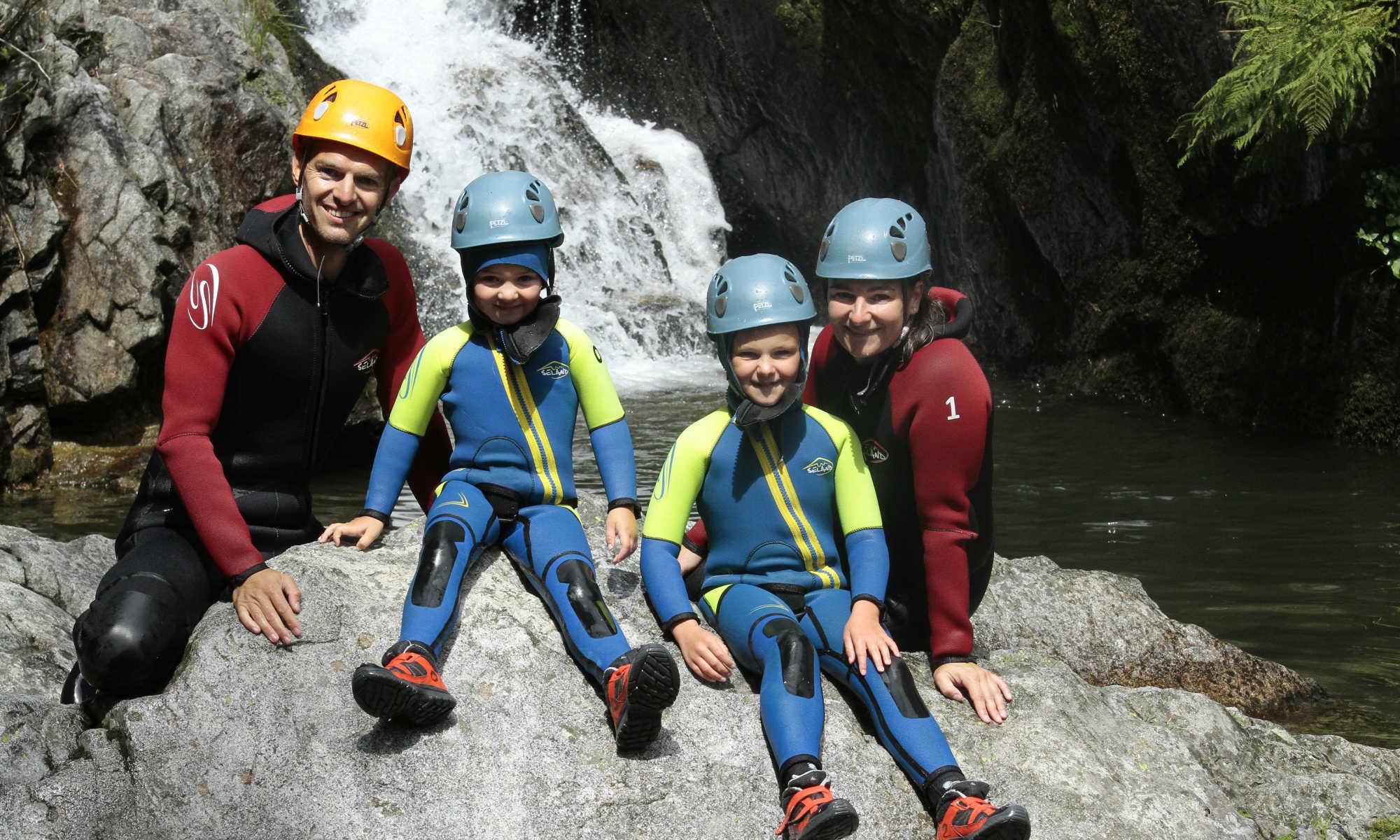 Une famille prend la pose lors d'une activité canyoning en Ardèche.