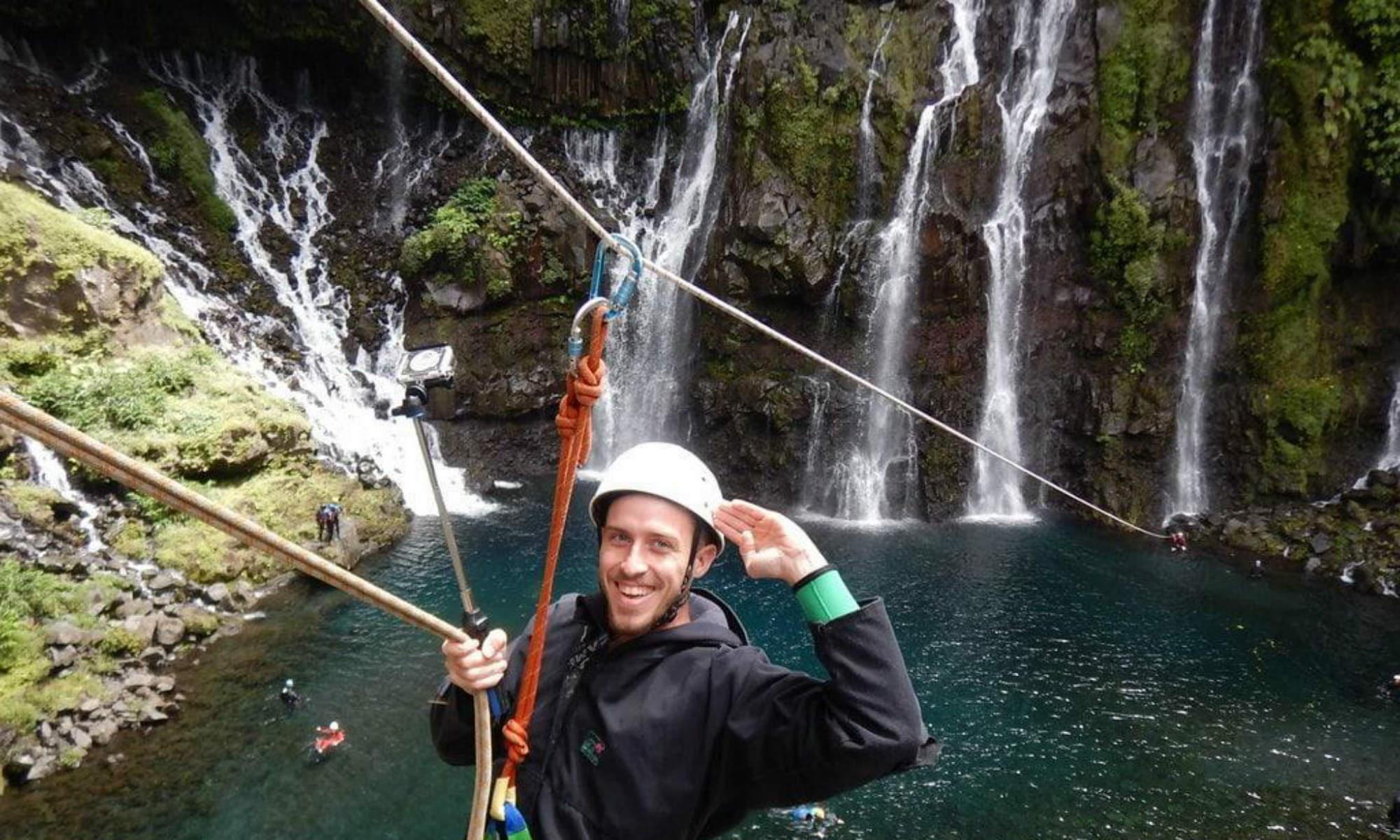 Un canyoniste pose devant la cascade de Grand Galet.