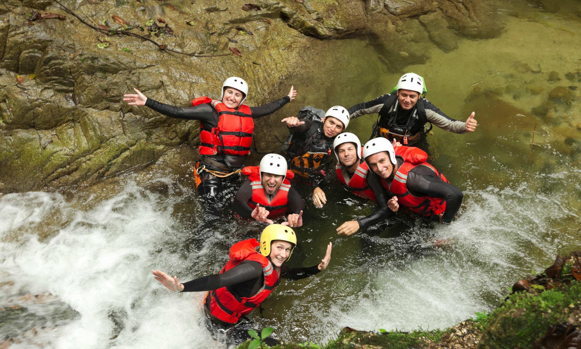 Un groupe de canyonistes dans une rivière.