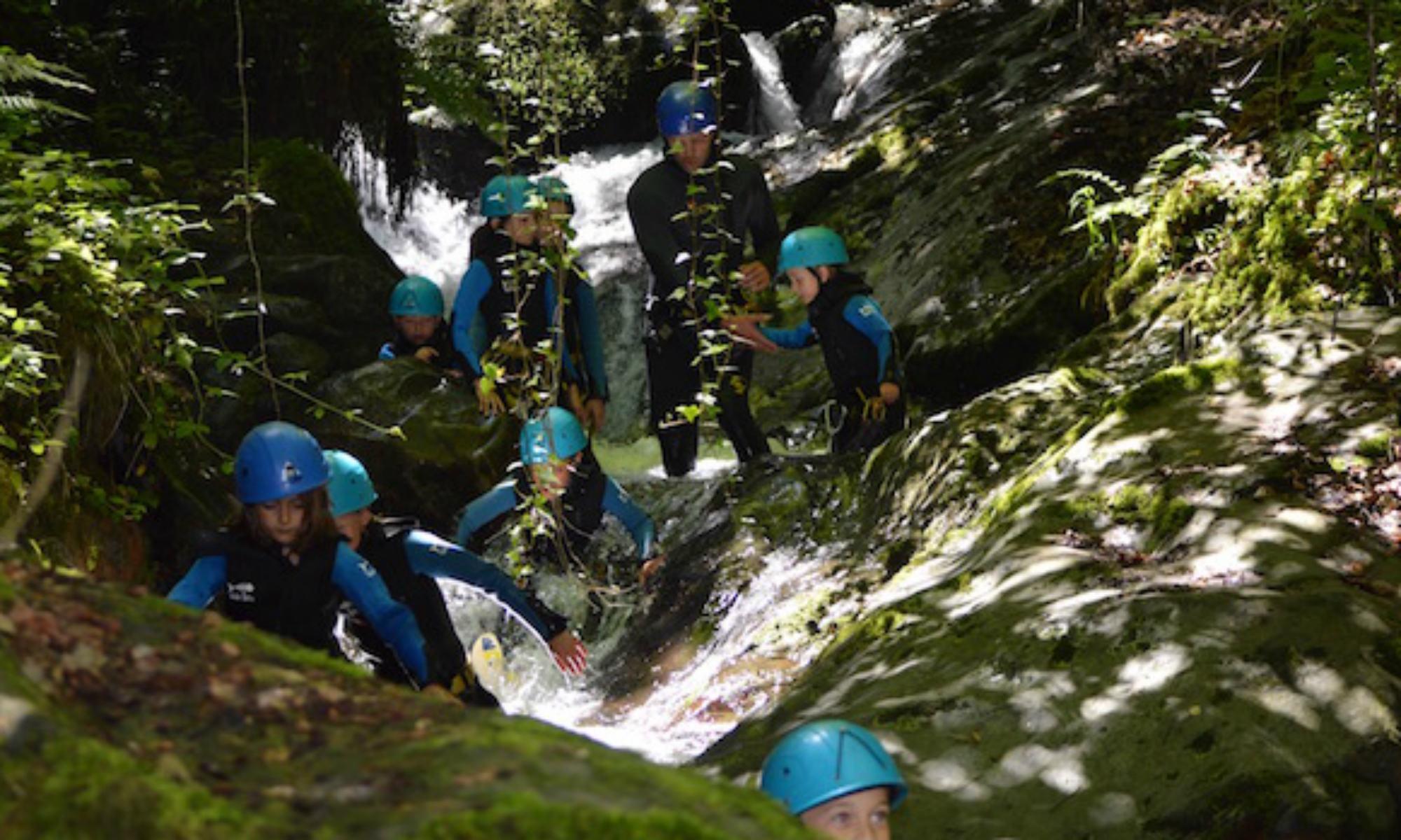 Un groupe d'enfants dans un canyon.