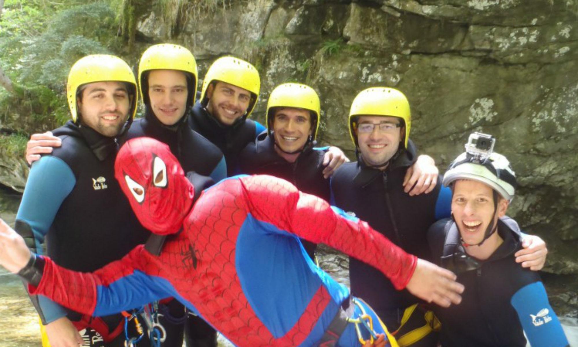 Un futur marié déguisé en Spiderman prend la pose avec ses amis dans un canyon lors d'un EVG.
