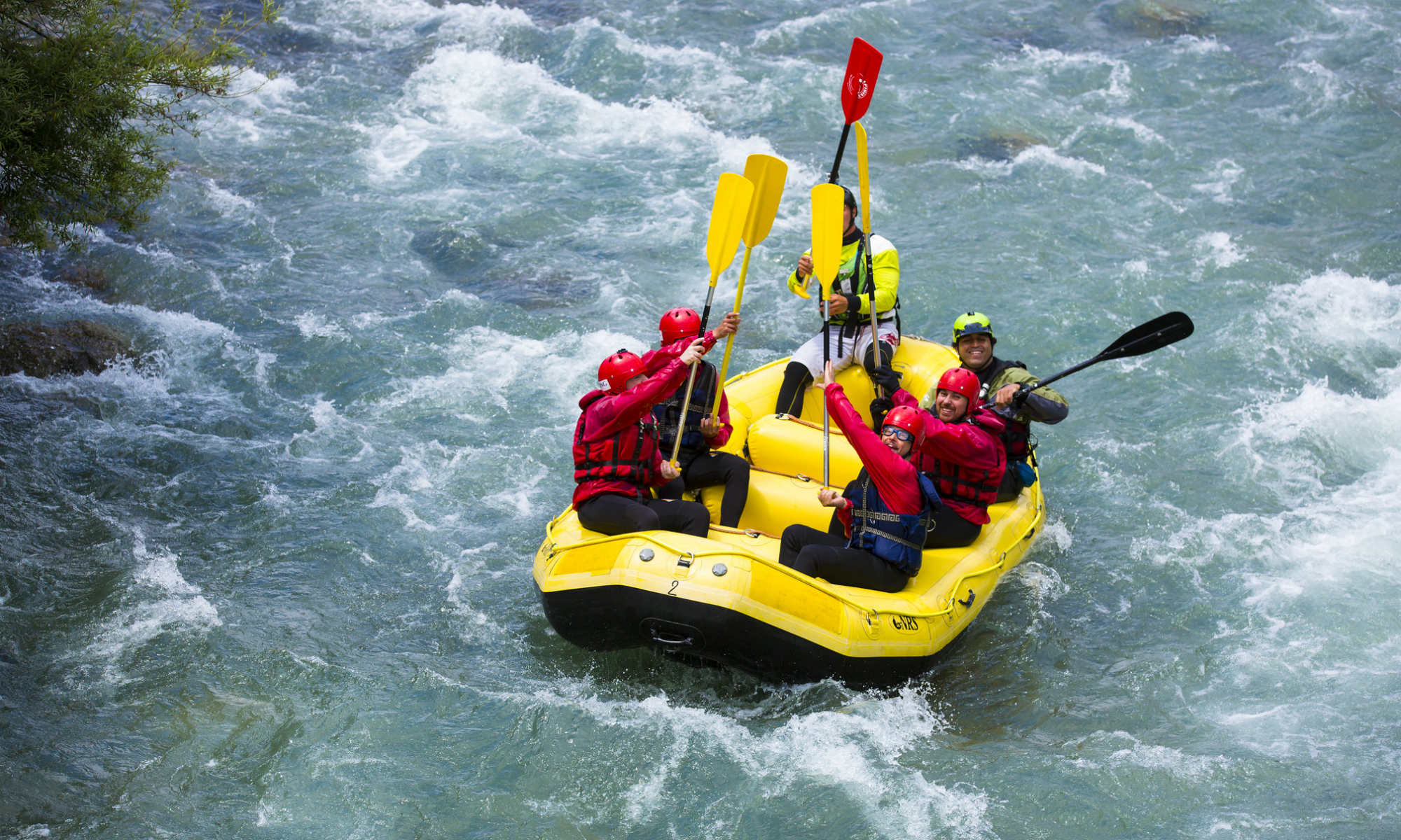 Un groupe dans un raft dans les rapides du Noce en Italie.