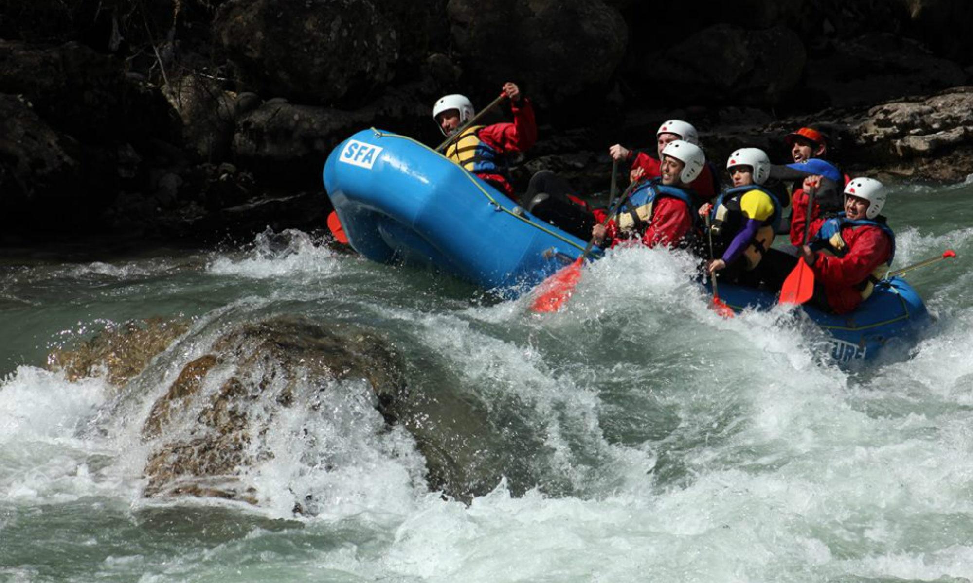 Un groupe dans les rapides du río Esera en Espagne.