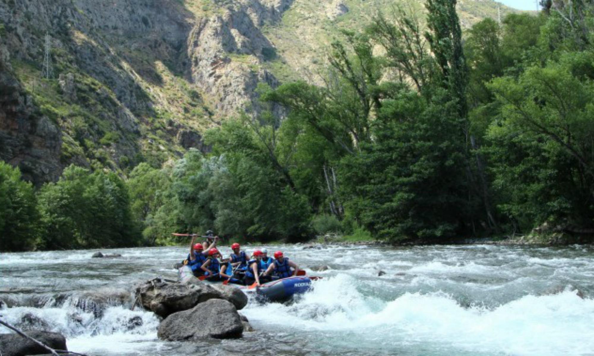 Un raft dans les rapides de la Noguera Pallaresa.