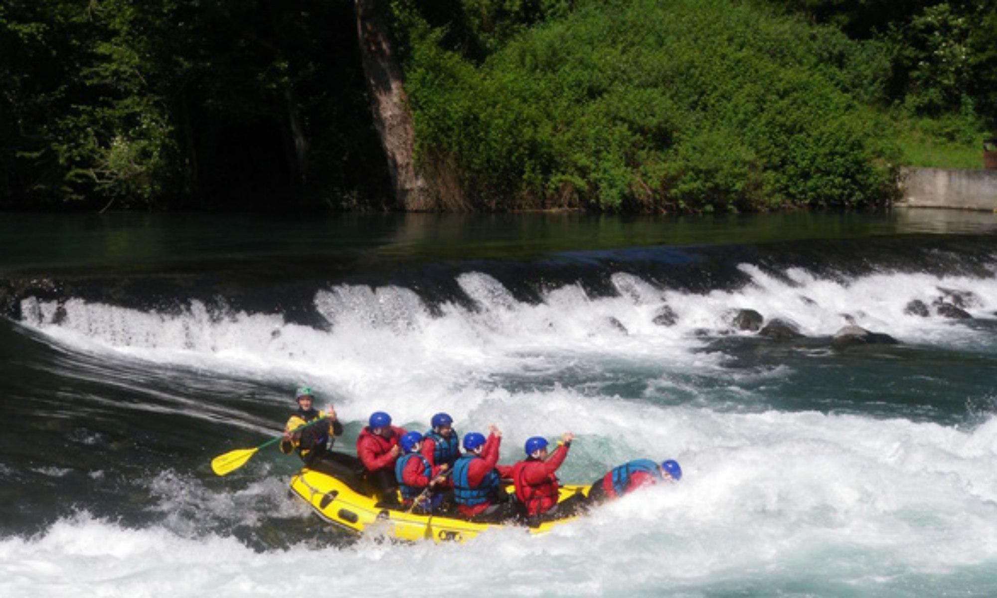 Un groupe dans un raft sur le gave de Pau.