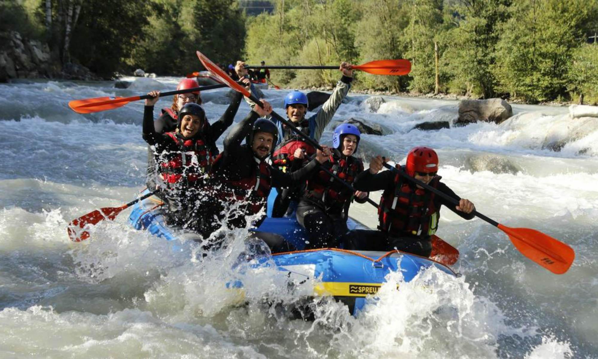Eine Teilnehmer Gruppe bezwingt beim Rafting in Südtirol die Rienz.