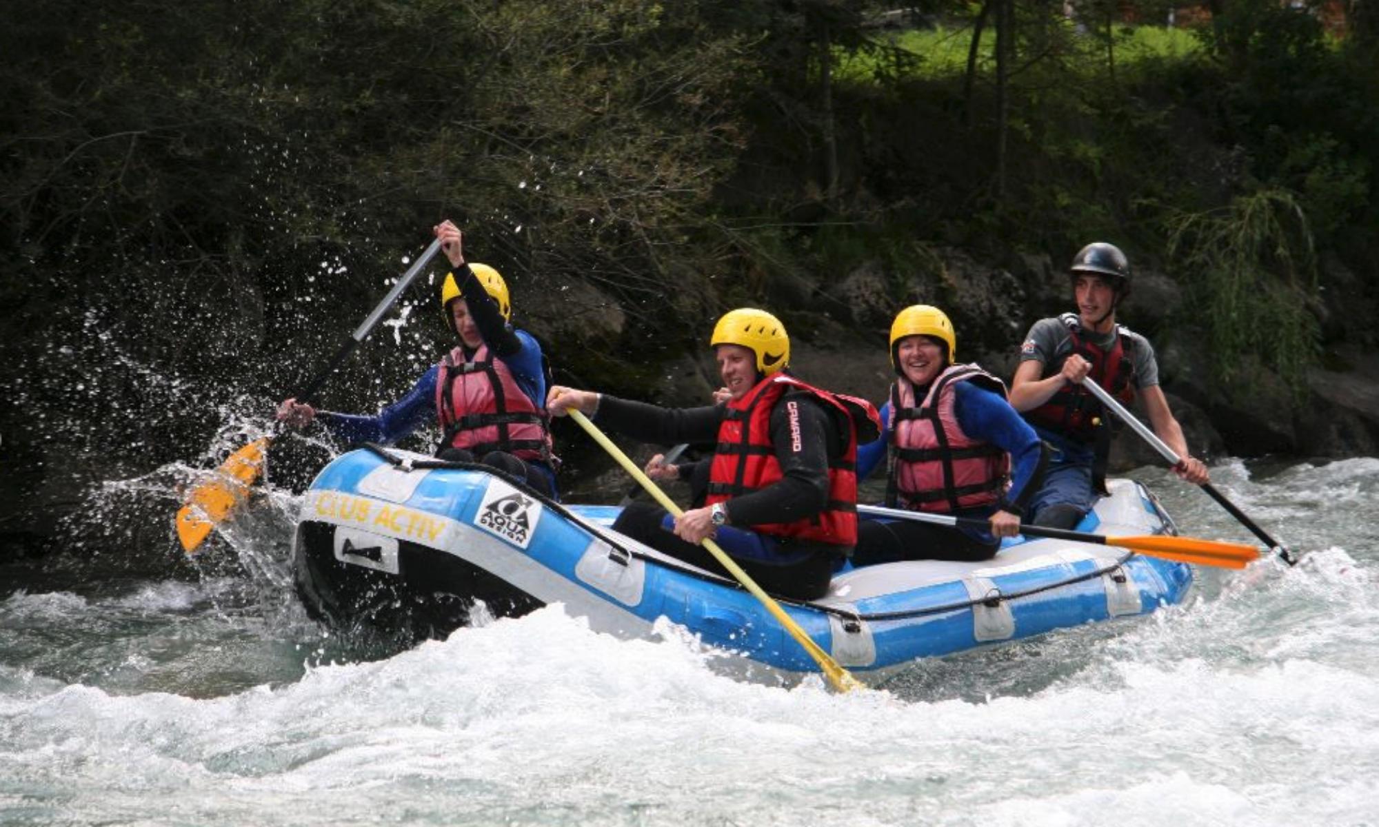 Eine Teilnehmer Gruppe bezwingt beim Rafting in Südtirol die Ahr.