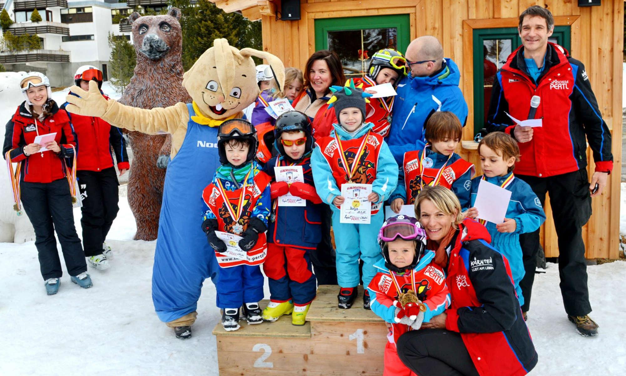 Eine Gruppe von Kindern bei der Siegerehrung nach einem Skikurs auf der Turracher Höhe.