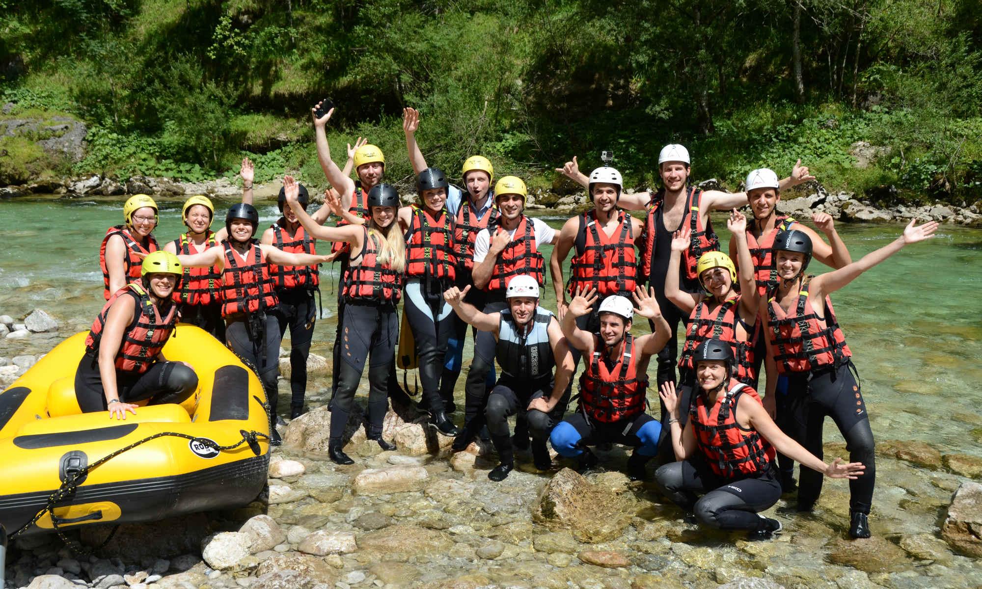 Eine große Gruppe hat Spaß bei ihrer Rafting Tour.