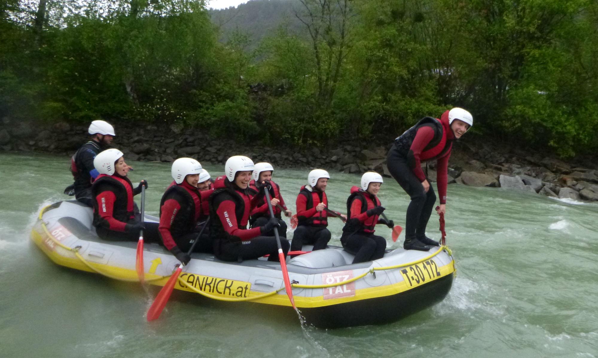 Bei einer Rafting Tour im Ötztal führt ein Teilnehmer die Balanceübung Galionsfigur durch.