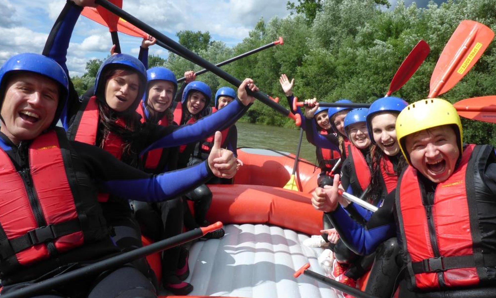 Eine Gruppe hat Spaß beim Rafting im Allgäu auf der Iller.