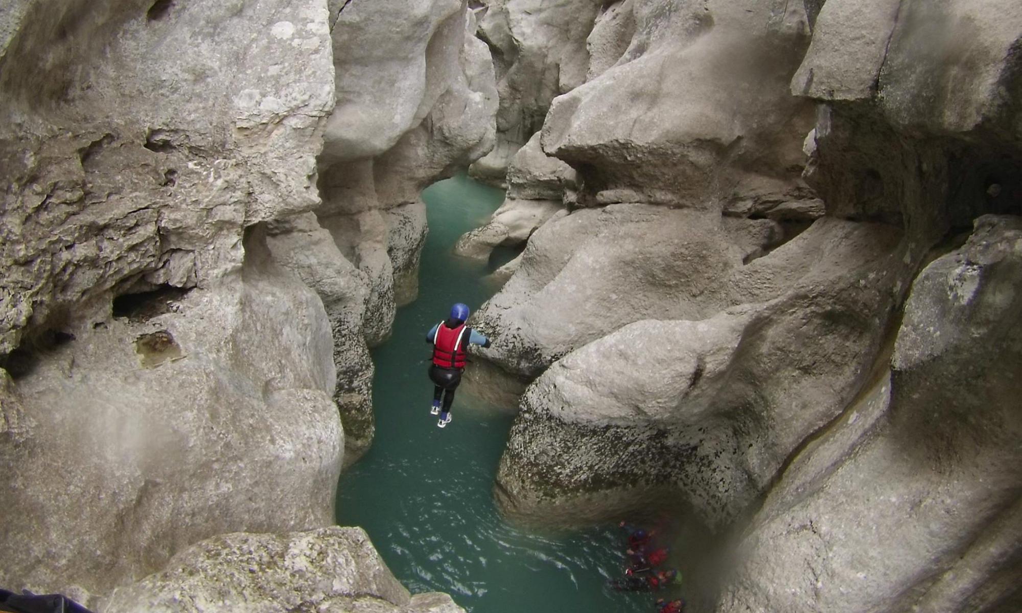 Un canyoniste effectue un saut dans le Styx lors d'un parcours de canyoning dans le Verdon.