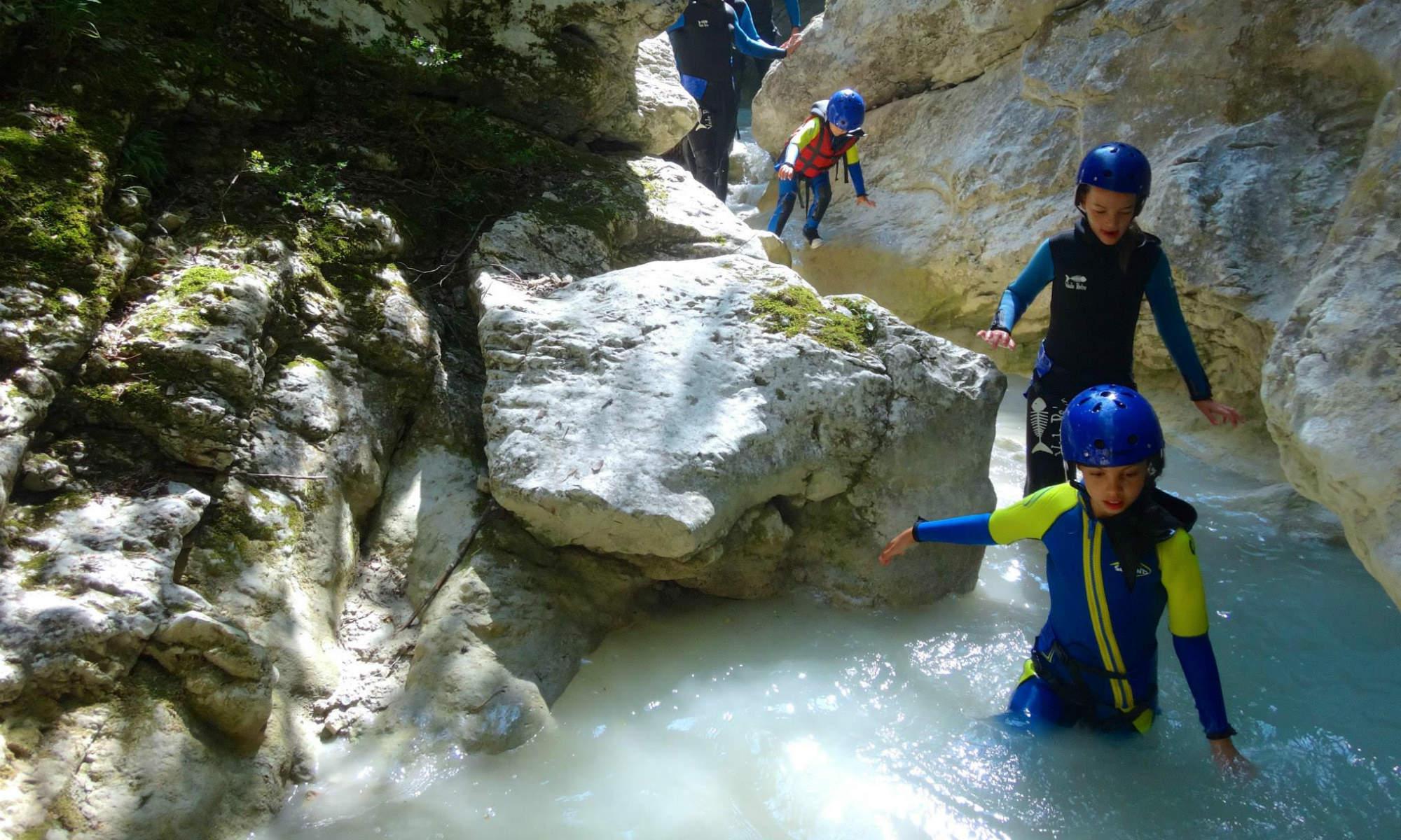 Un groupe de canyonistes s'apprête à glisser dans un toboggan naturel dans le canyon du Rayaup.
