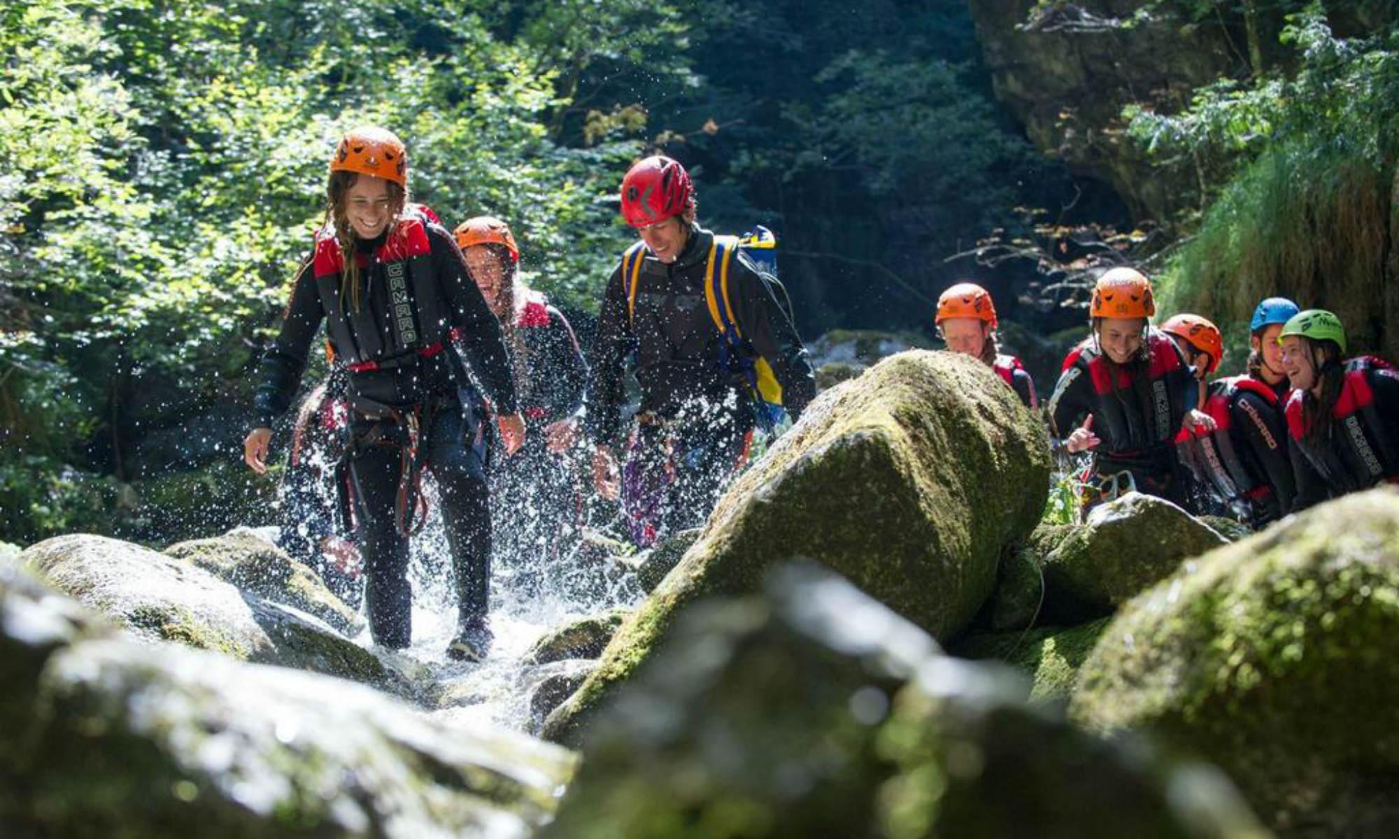 Eine Gruppe ist beim Canyoning am Gardasee in der Palvico Schlucht unterwegs.