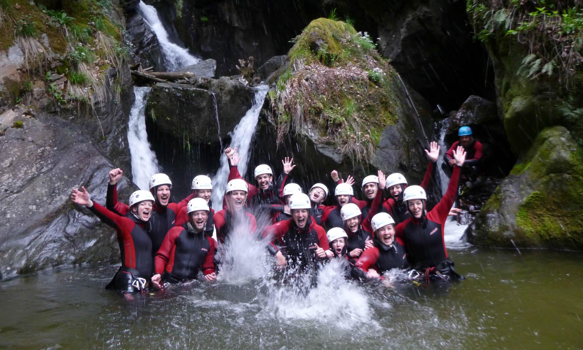 Eine Gruppe junger Menschen feiert einen Junggesellenabschied beim Canyoning nahe München.