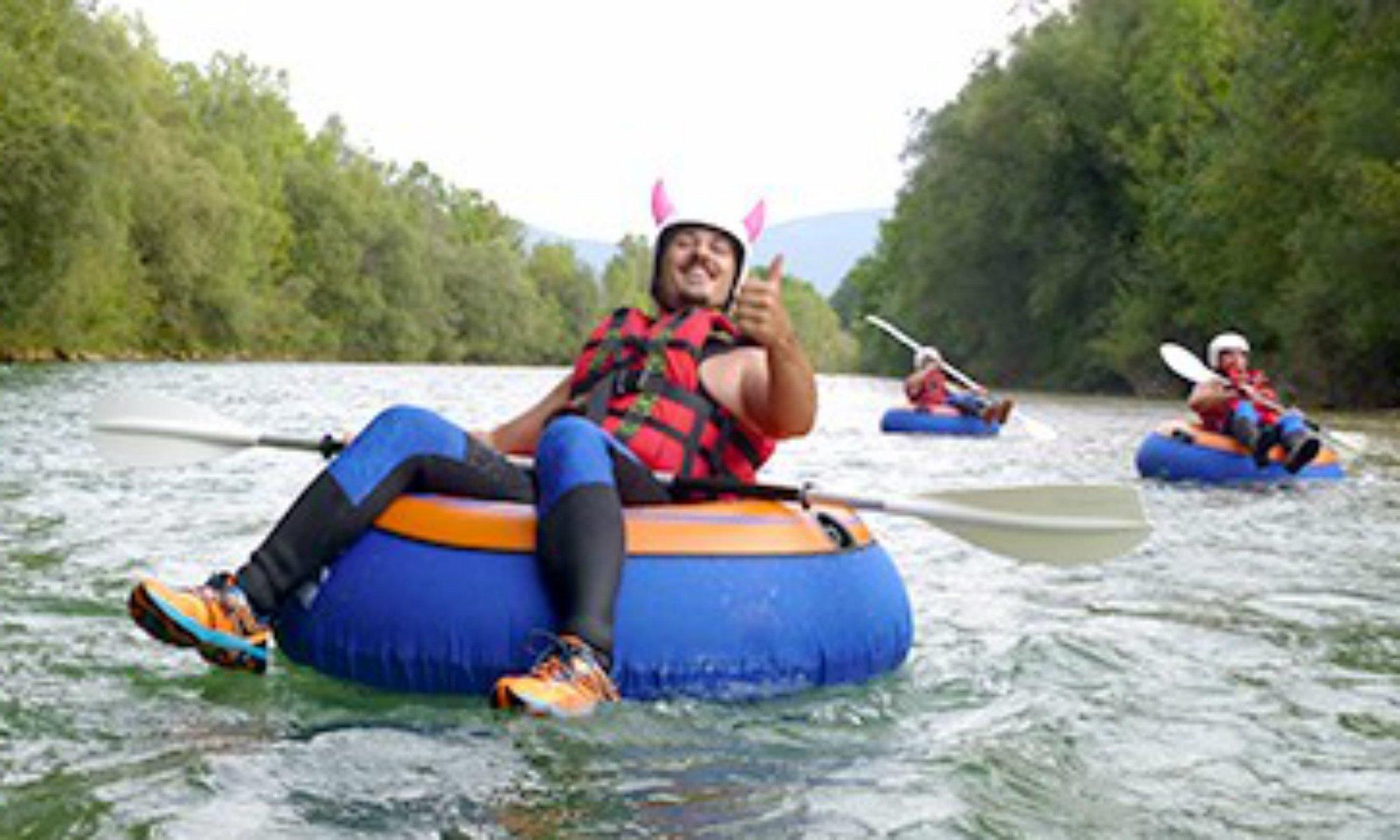 Ein Mann beim River Tubing auf der Isar.