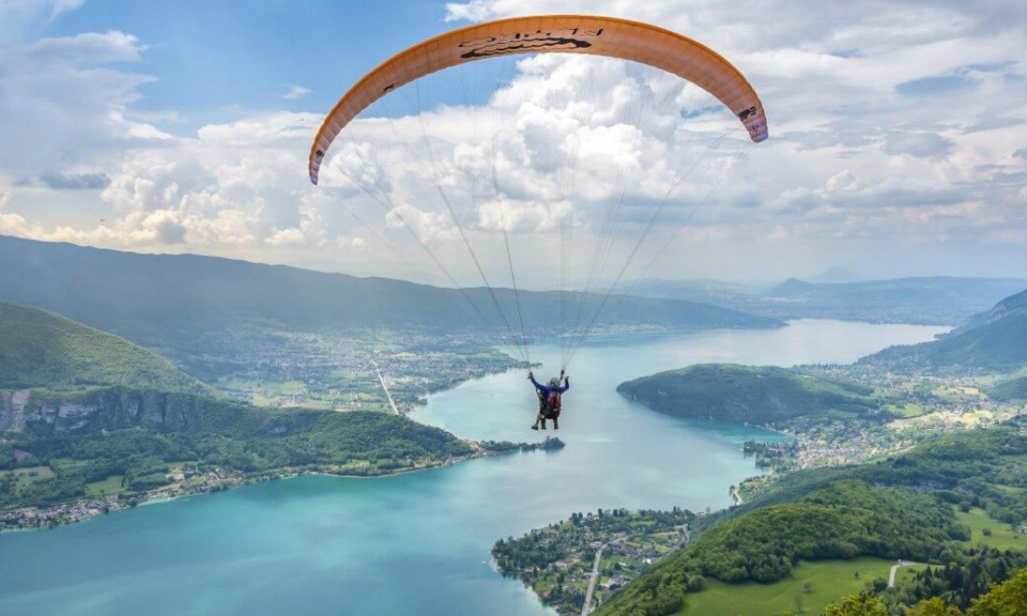 Ein Tandemflug über der Landschaft des Lac d'Annecy.