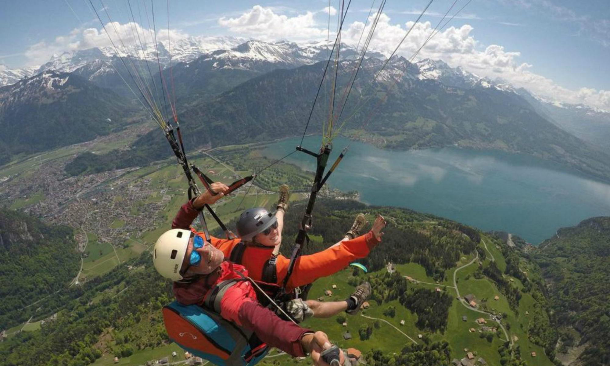 Ein Tandemflug über der Stadt Interlaken und dem Thunersee.