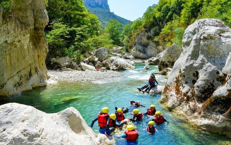 Des canyonistes font une petite pause lors de leur parcours de canyoning dans le Verdon.