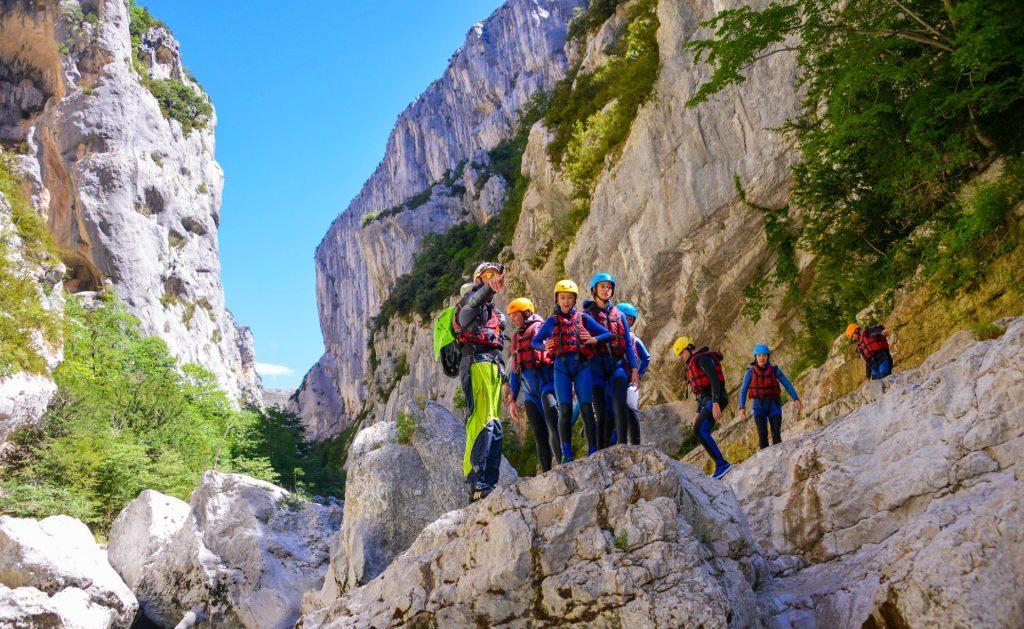 Un groupe se prépare pour un saut lors d'un parcours de canyoning dans le Verdon.