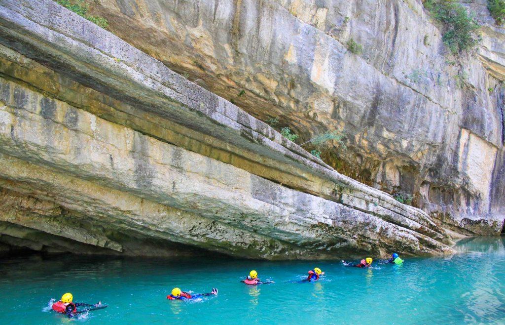 Un groupe en pleine activité canyoning dans le Verdon.