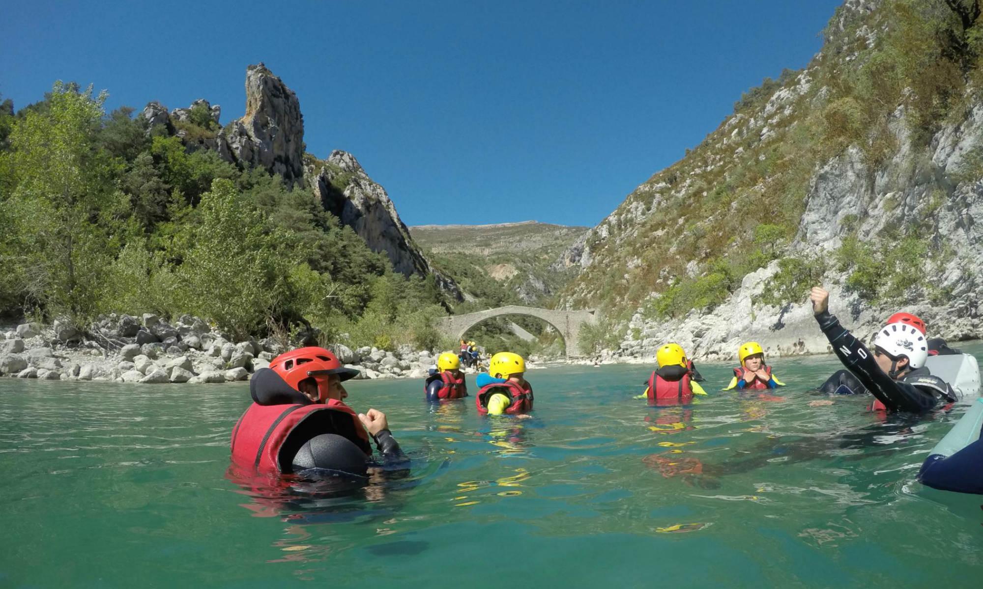 Un groupe dans le Verdon au niveau du pont de Tusset lors d'une aqua rando.