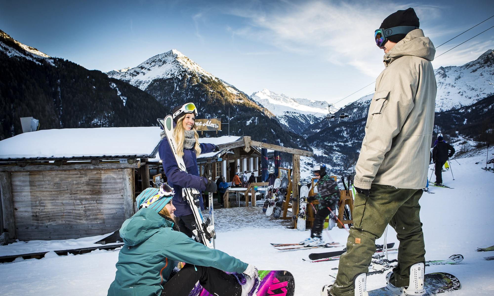 Drie vrienden naast een skihut in Sölden
