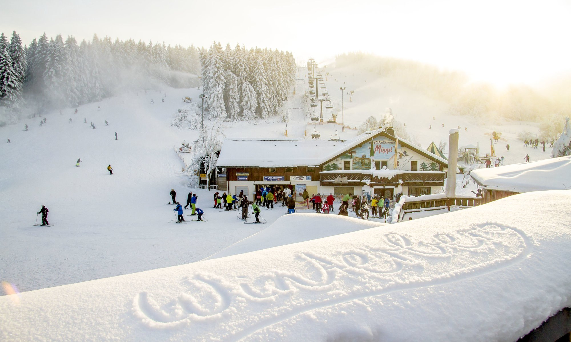Brede piste en skilift in het zonnige Winterberg.