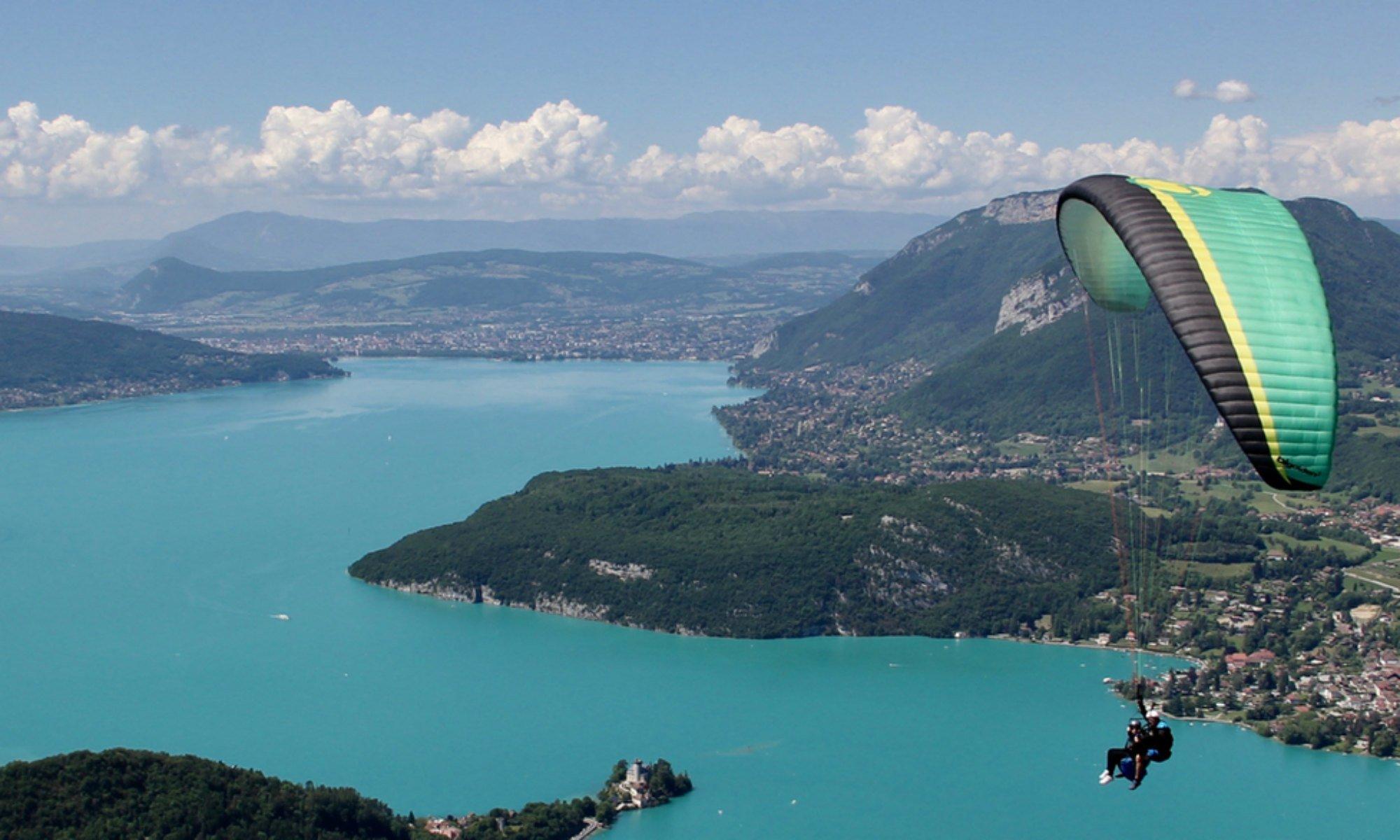 Un parapente tandem au-dessus du lac d'Annecy.