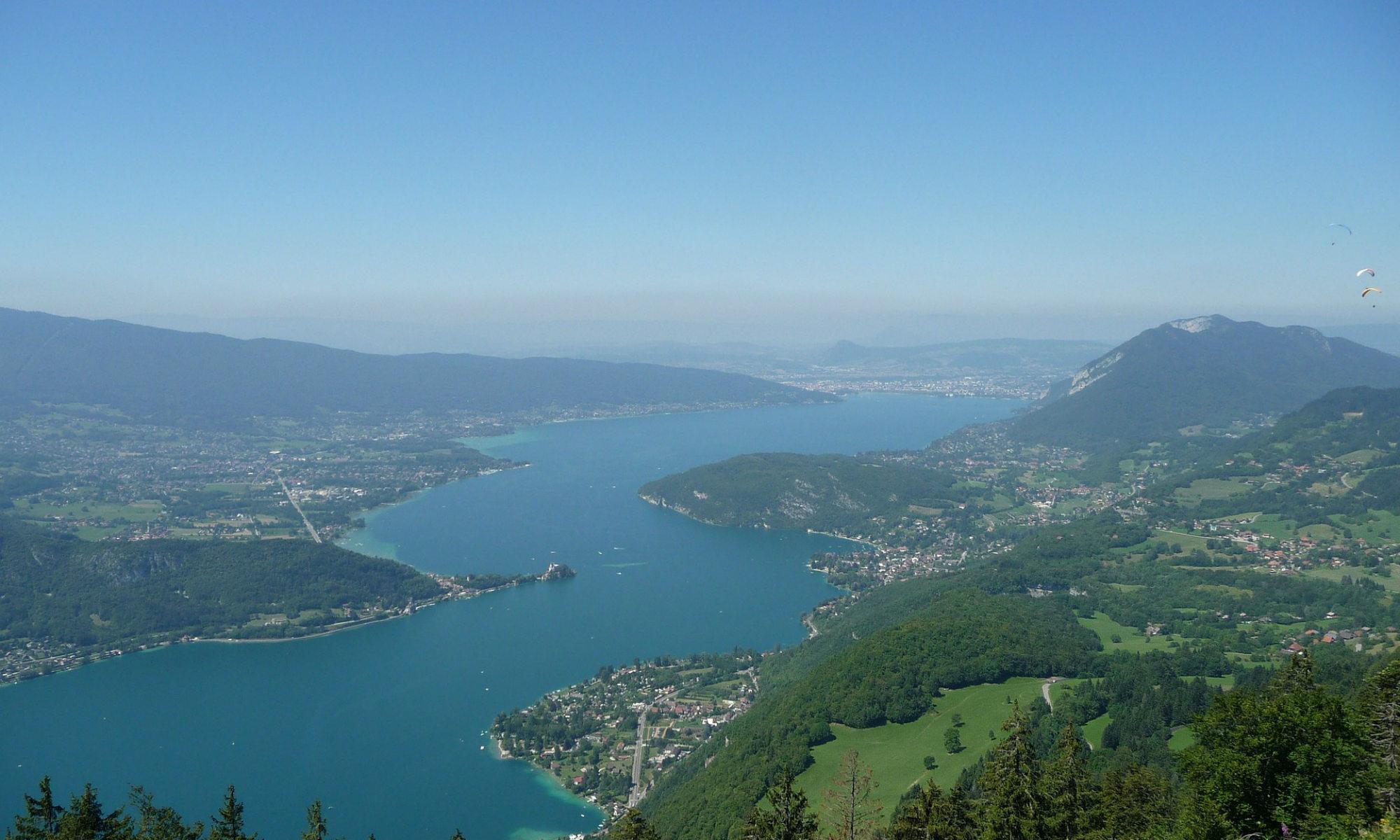 Vue aérienne sur le lac d'Annecy et le château de Duingt.