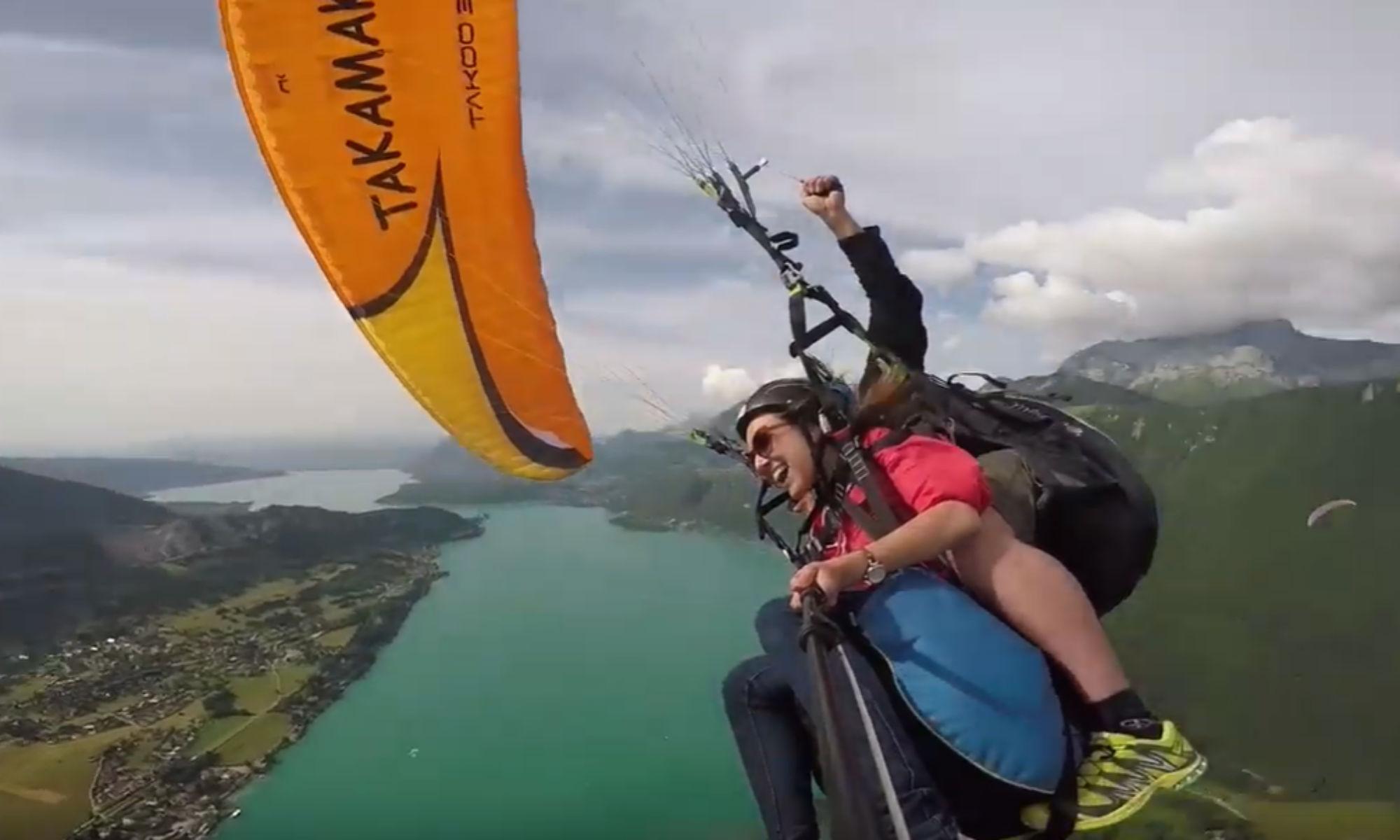Un vol en parapente acrobatique au-dessus du lac d'Annecy.