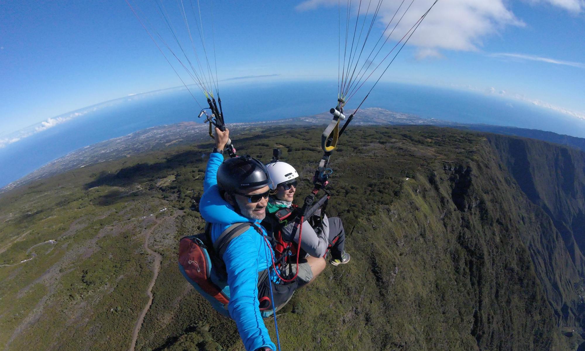 Vol en parapente à La Réunion au-dessus du cirque de Mafate.