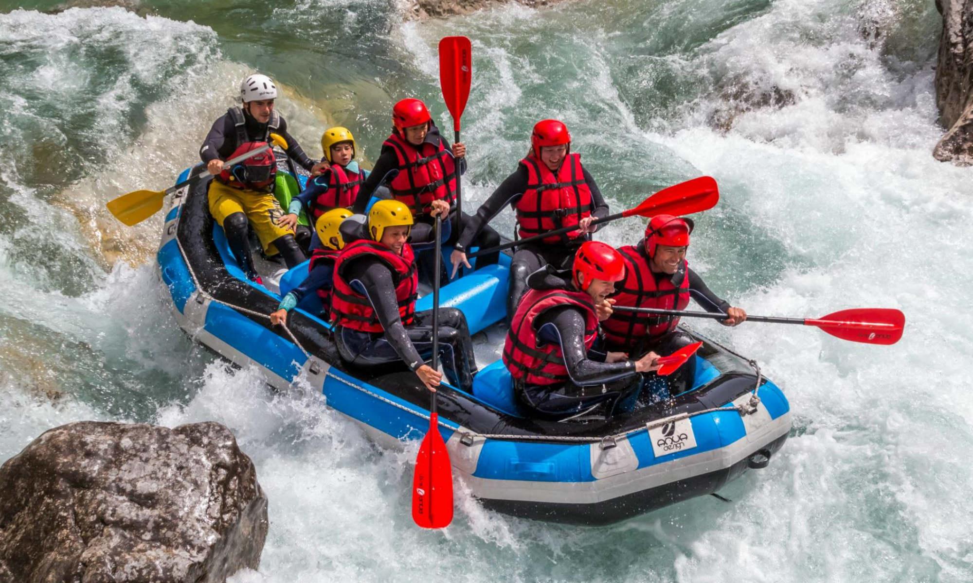 Un groupe sur un raft traverse le rapide de la Barre Saint-Jean lors d'une activité de rafting sur le Verdon.