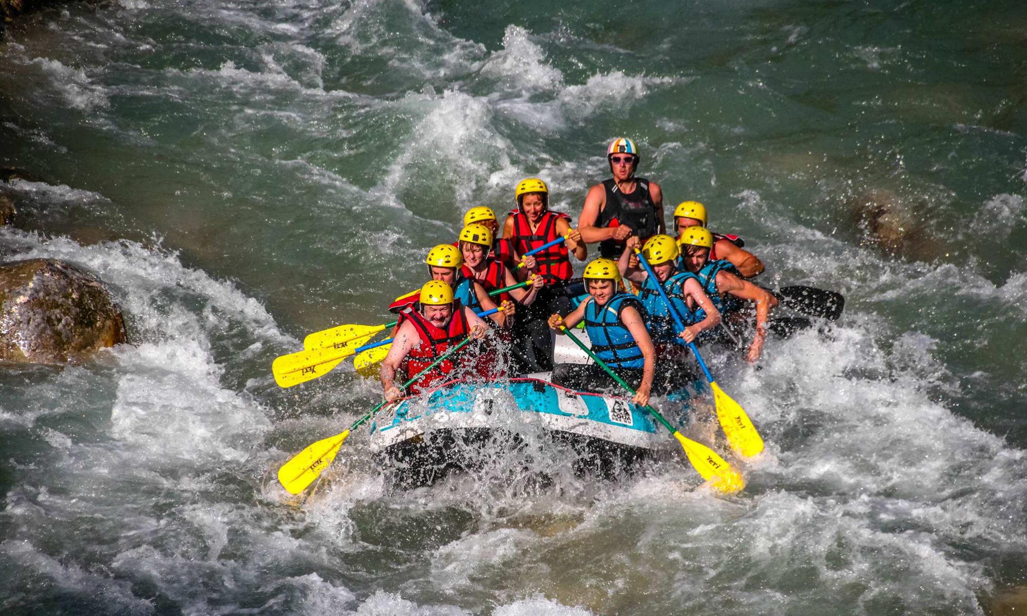 Un groupe pagaie lors d'une activité de rafting sur le Verdon.