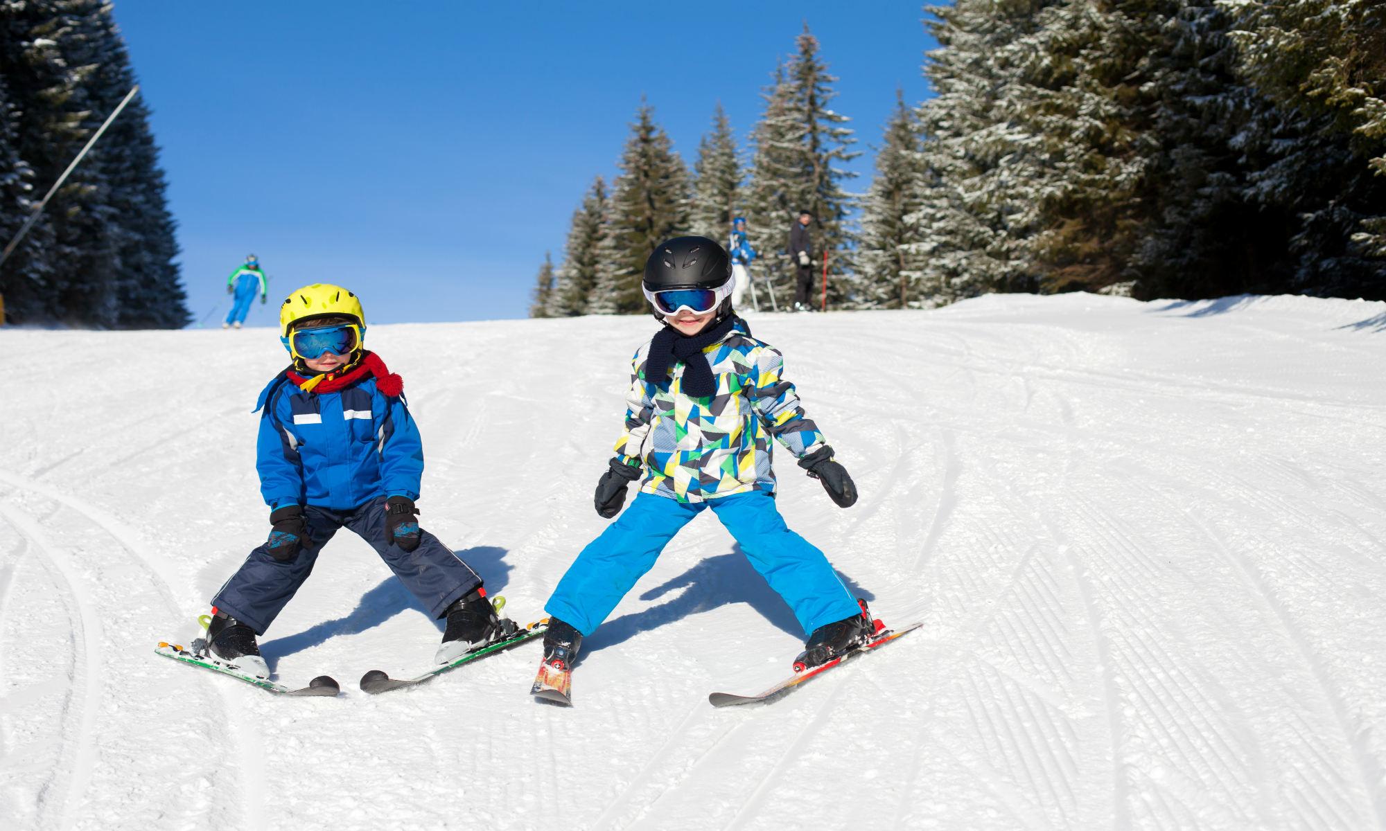 Twee kinderen nemen deel aan een groepsles voor beginners.