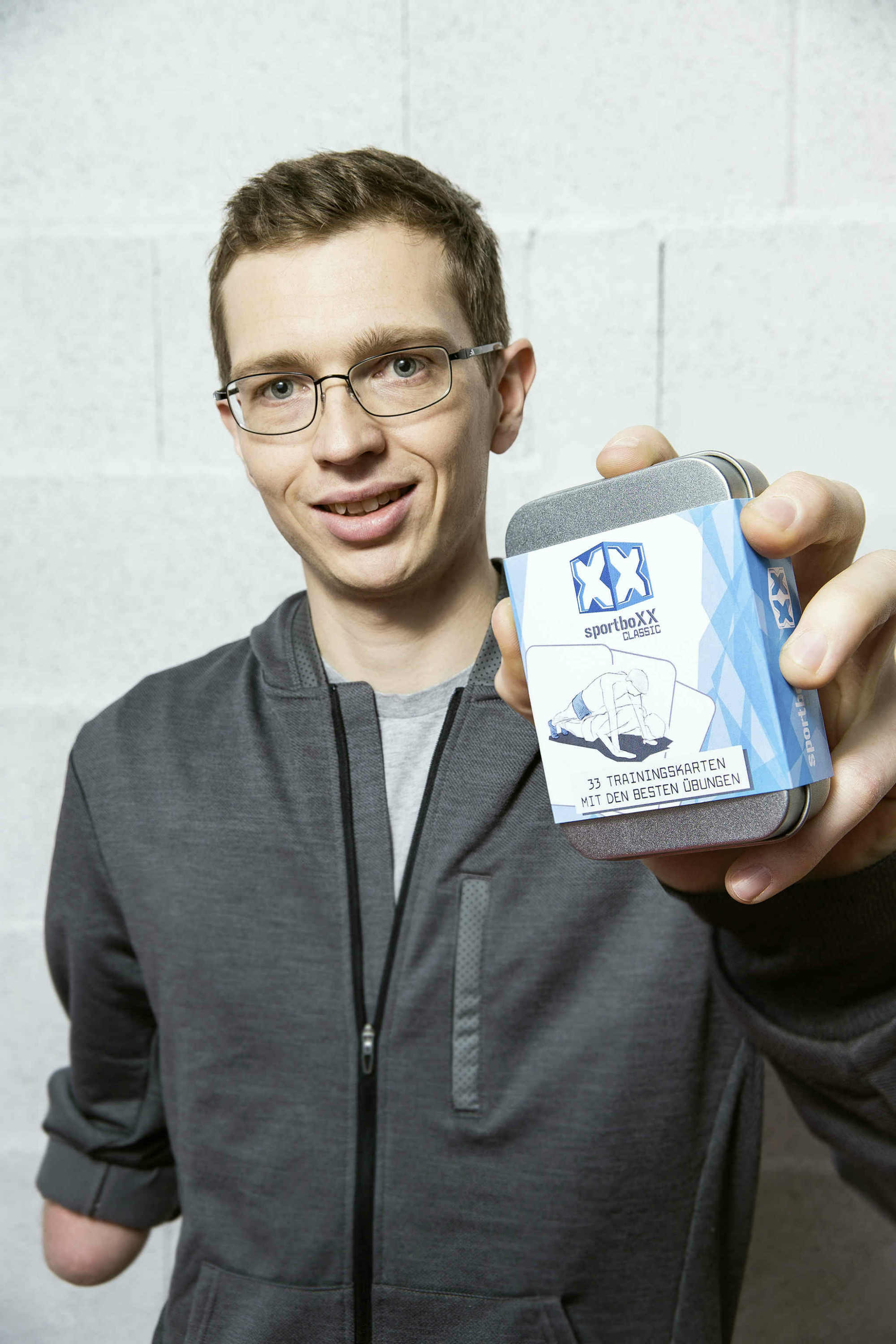 Sportsman Günther Matzinger with his SportboXX exercise cards.