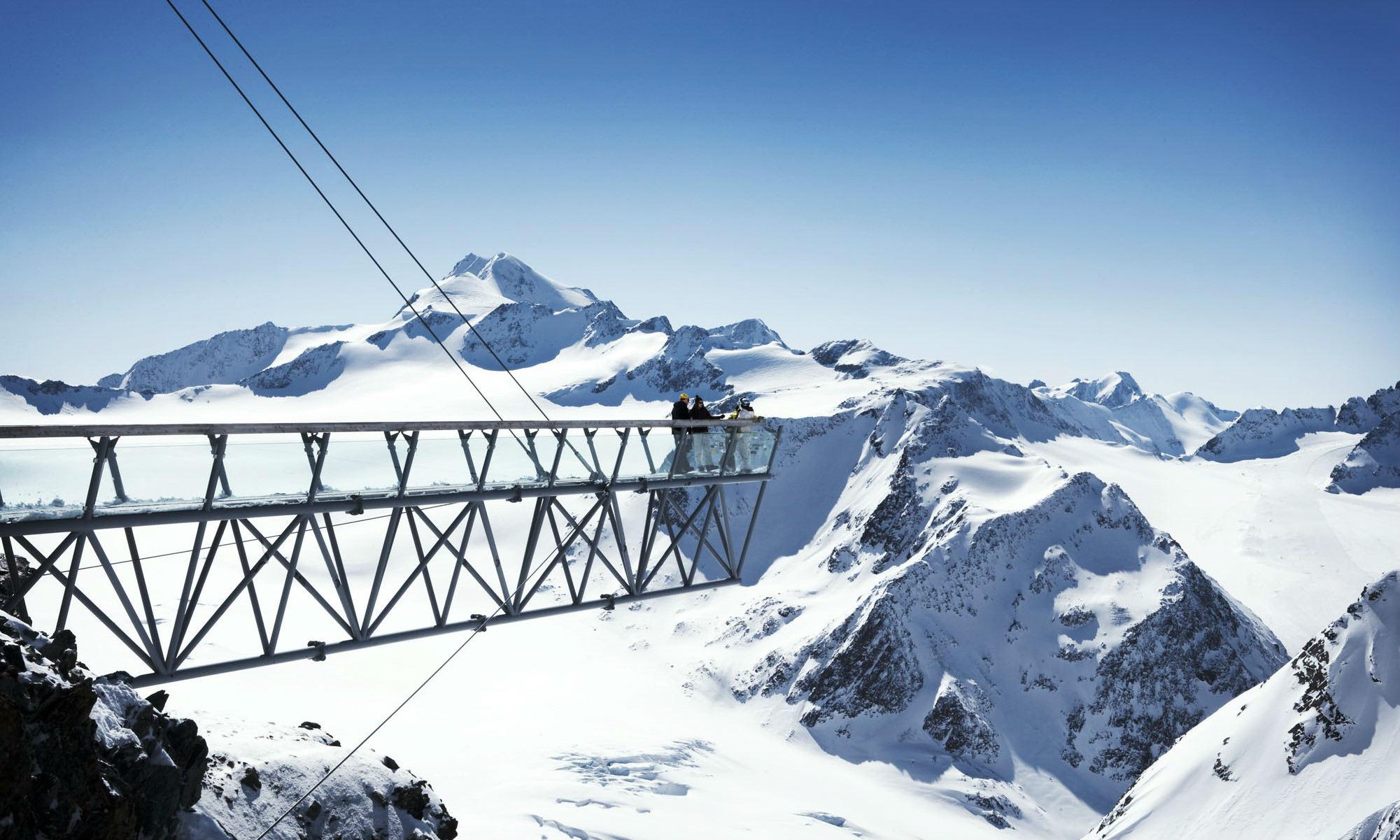 De Tiefenbachkogl heeft een 25 meter lang platform dat een spectaculair uitzicht biedt op de besneeuwde bergen.