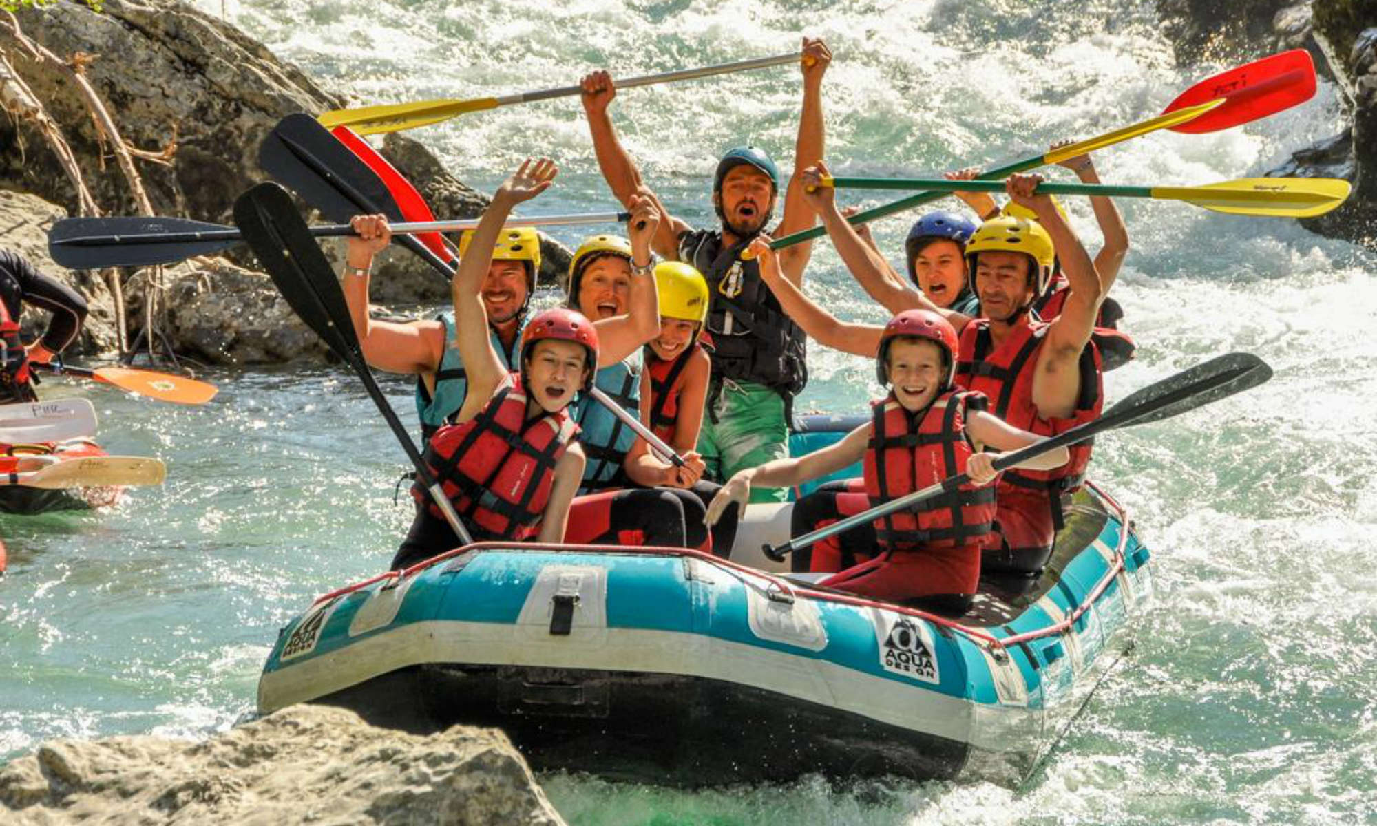 A group of people is seemingly enjoying their rafting tour on the Verdon River.