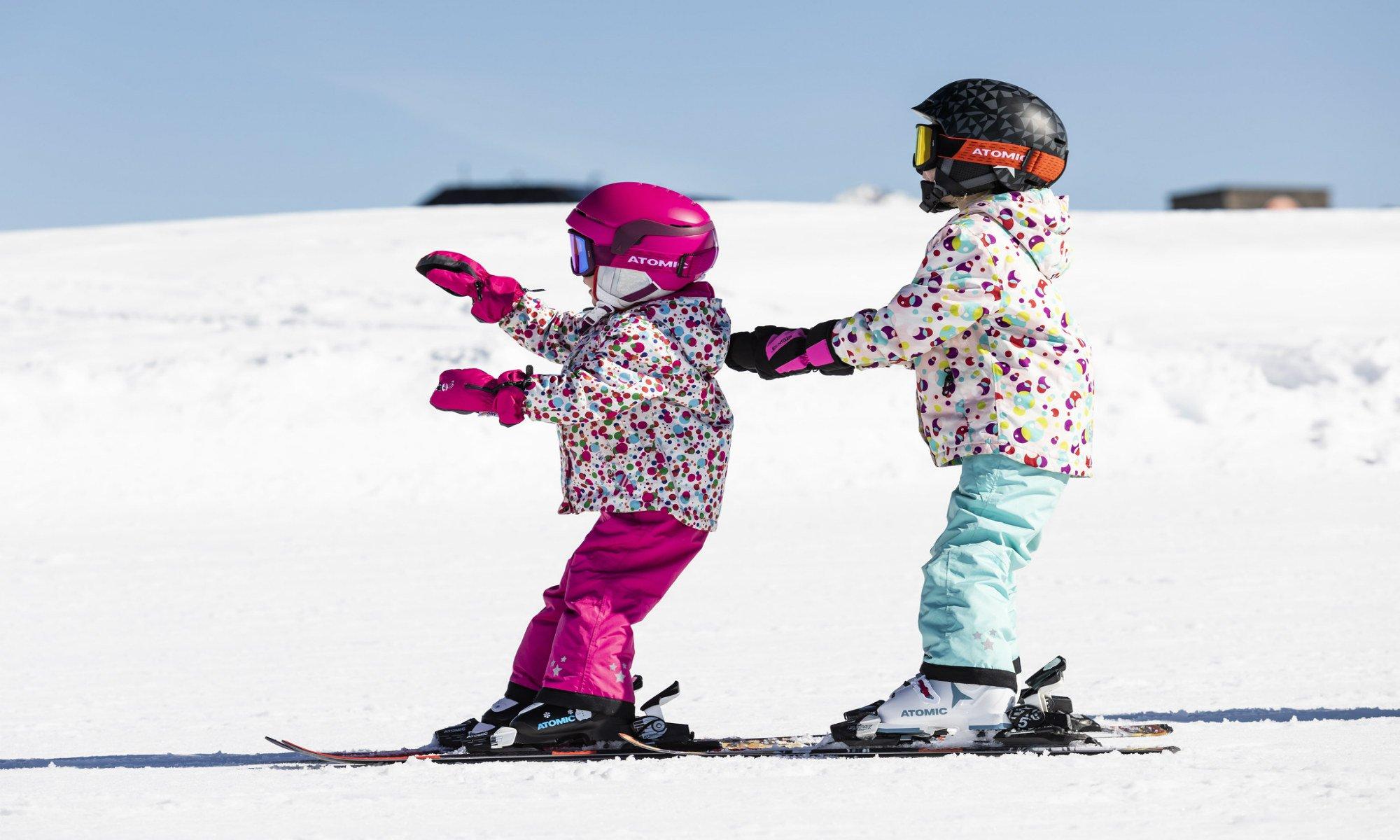Kinderen leren de ploeg tijdens hun skiles voor beginners.