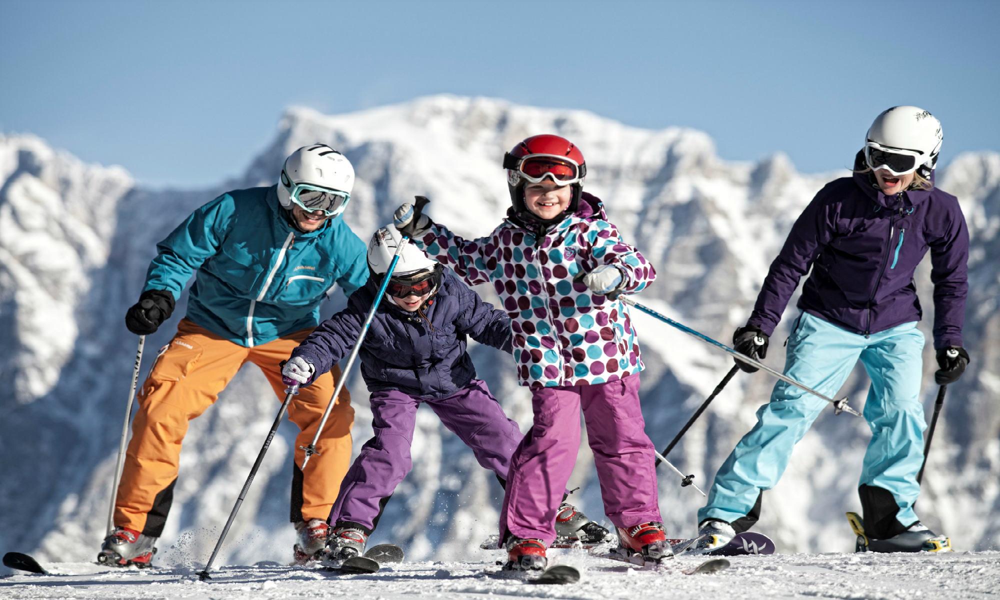 Twee jonge skiërs hebben samen met hun ouders veel plezier in het skigebied Ehrwalder Alm.