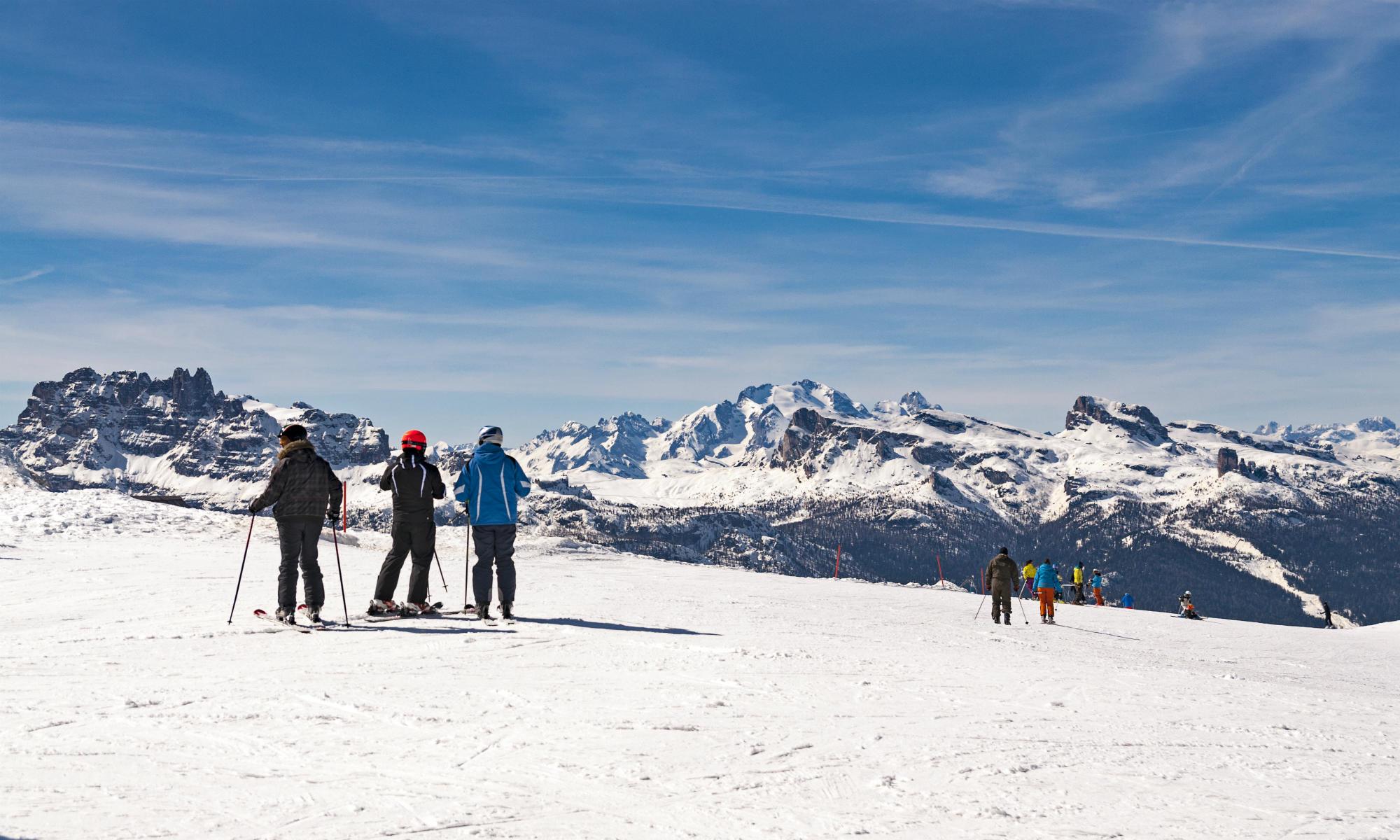 Un gruppo di sciatori intenti ad ammirare il paesaggio sulle piste di Cortina.