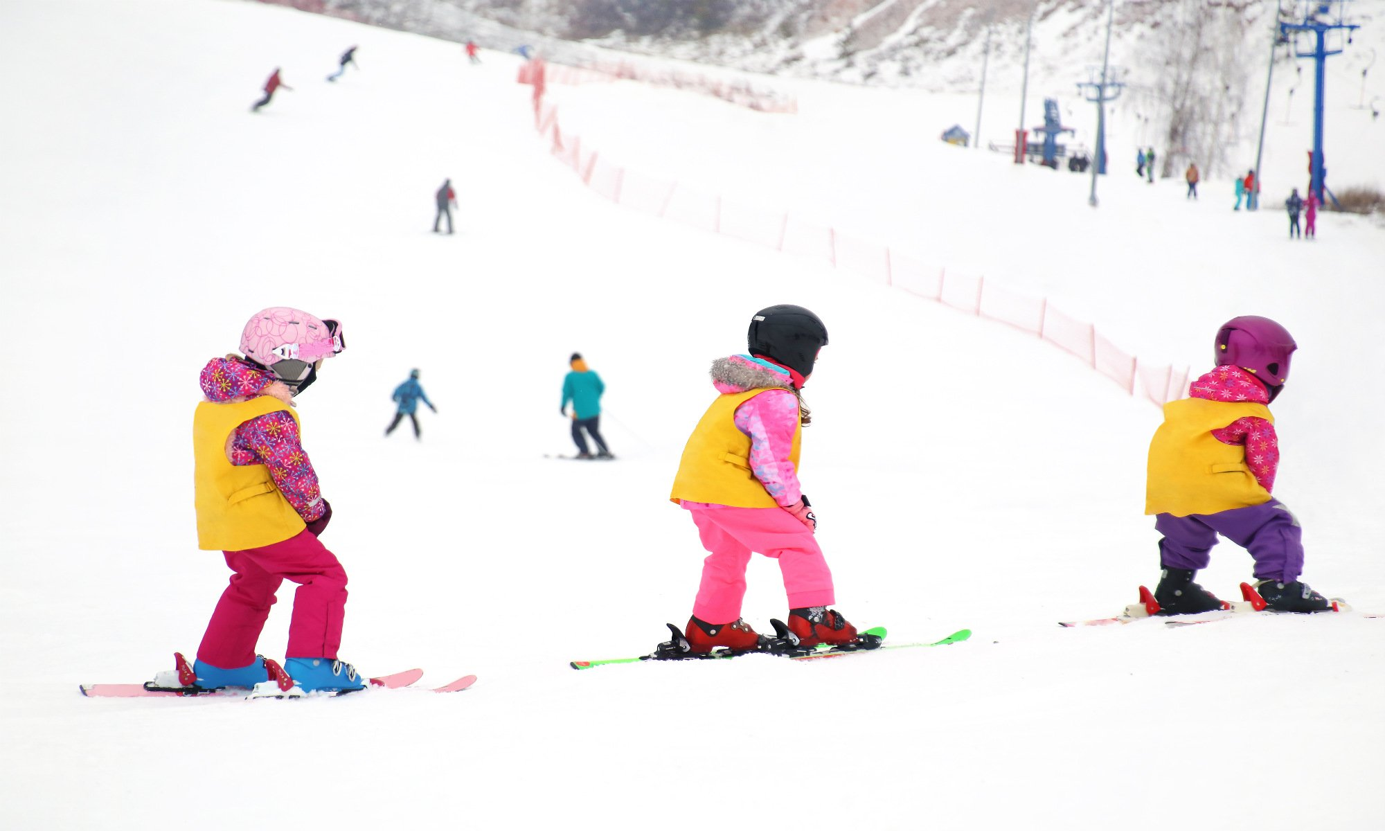 Un gruppo di bambini piccoli si prepara a scendere in pista per la prima volta.