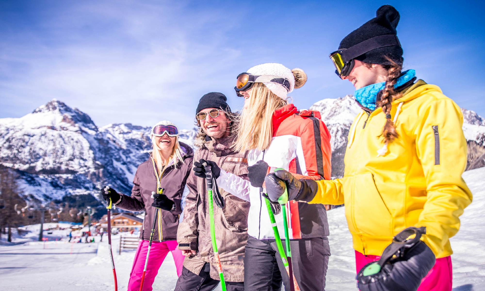 Un gruppo di amici ridono sulle piste da sci di Livigno.