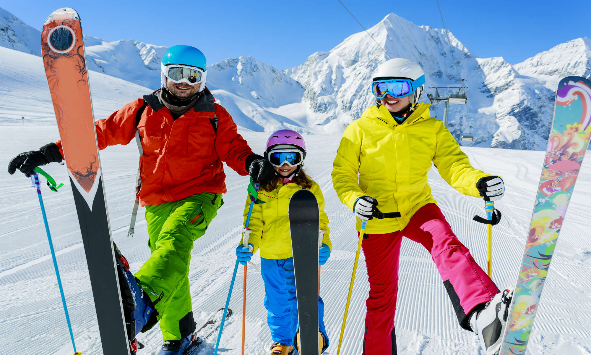 Una famiglia si diverte con gli sci sulle piste di Prato Nevoso.
