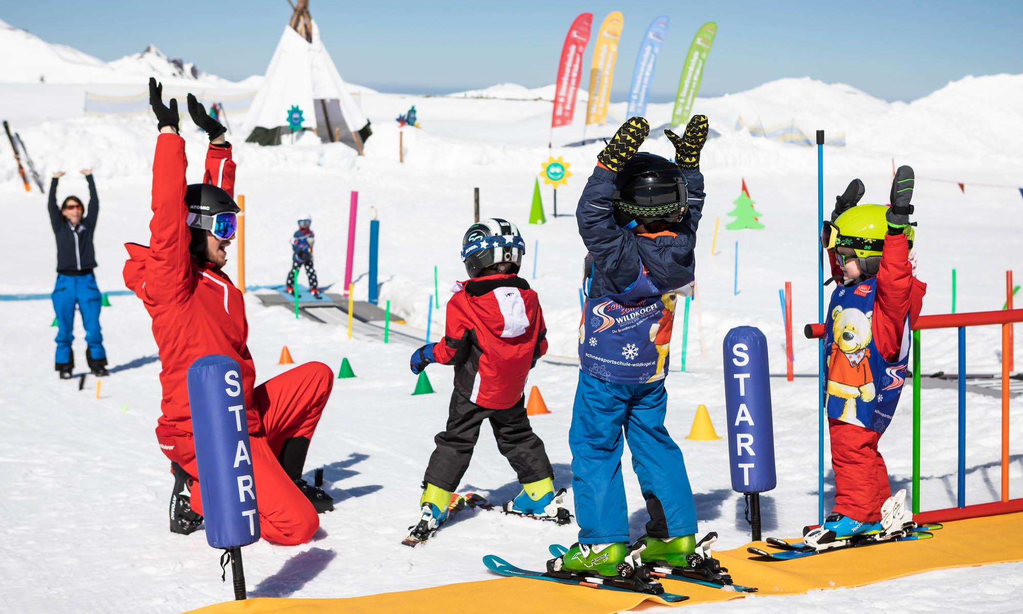 Een groepje kinderen heeft plezier met de instructeur in het Kinderland.